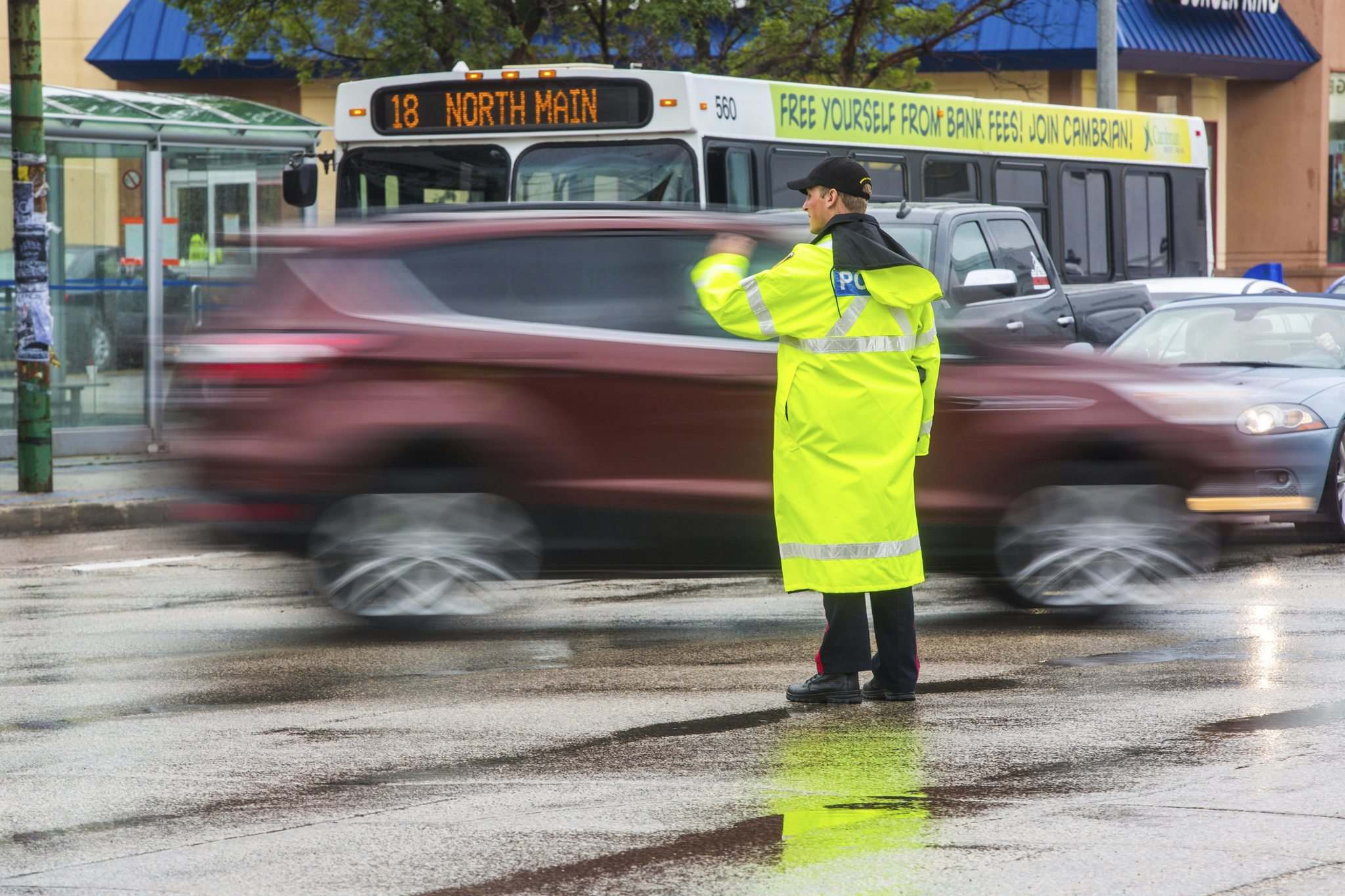 MIKAELA MACKENZIE / WINNIPEG FREE PRESS</p><p>Cadets and police direct Wednesday morning traffic at Confusion Corner, where the lights have been out since 7:30 p.m. on Tuesday.</p>
