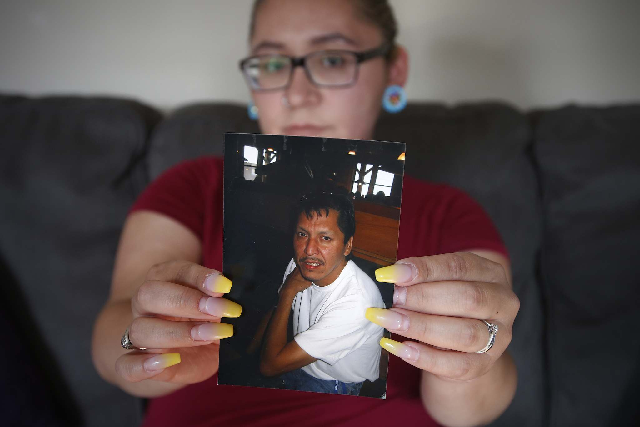 JOHN WOODS / WINNIPEG FREE PRESS</p><p>Chenae Bear holds a photo of her father, Gordon Jebb, who died on July 5 after suffering a heart attack in The Pas, slipped into a coma and waiting for 12 hours for a Lifeflight air ambulance to Winnipeg.</p>