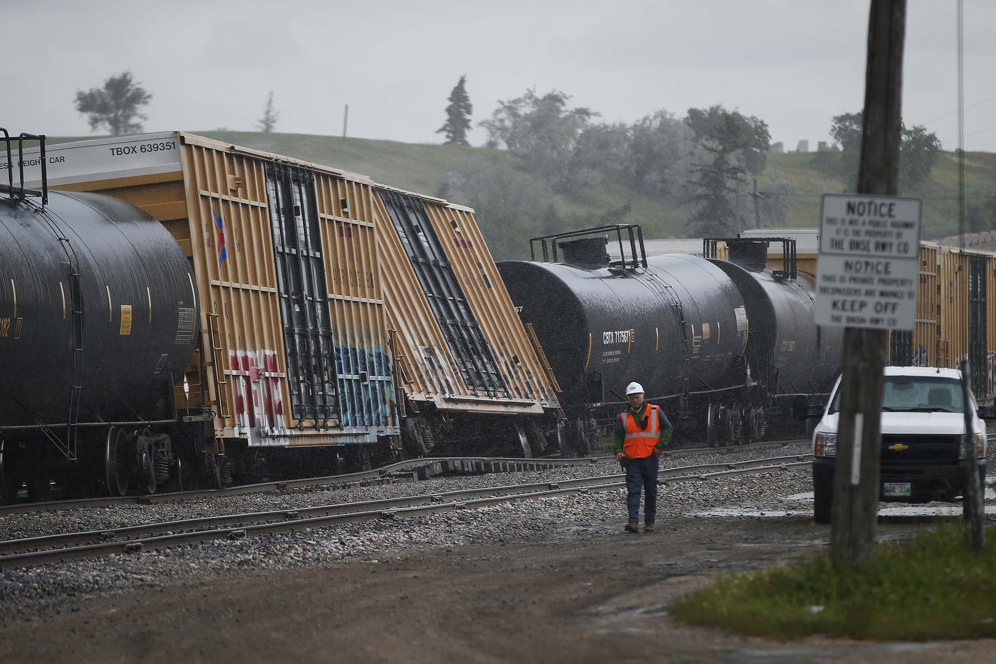 JOHN WOODS / WINNIPEG FREE PRESS</p><p>Three cars on a BNSF train derailed on a track that runs between Empress and Strathcona in Winnipeg Wednesday closing Sargent Ave.</p>