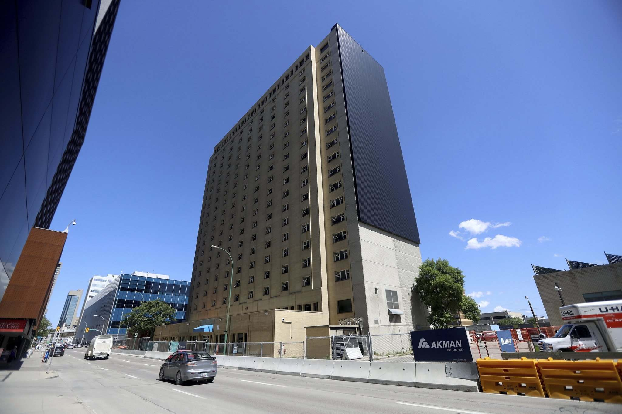 TREVOR HAGAN / WINNIPEG FREE PRESS</p><p>The former Manitoba Housing tower at 185 Smith St. is expected to have 250 units when renovations are complete in 2021.</p></p>