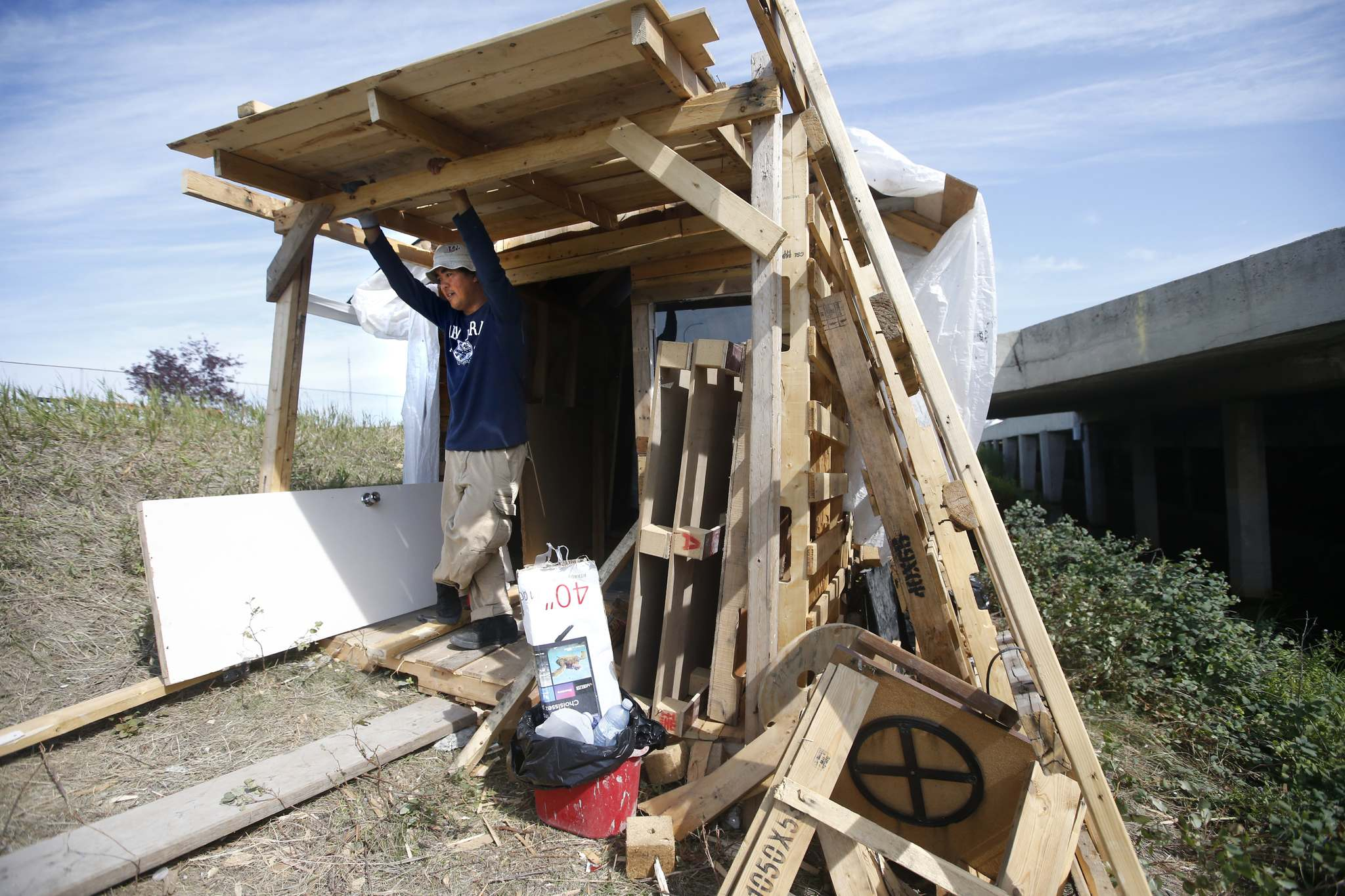 Par said he got pallets from several local businesses and re-used the nails, and got other supplies from Habitat for Humanity and Rona nearby. (John Woods / Winnipeg Free Press)</p></p>