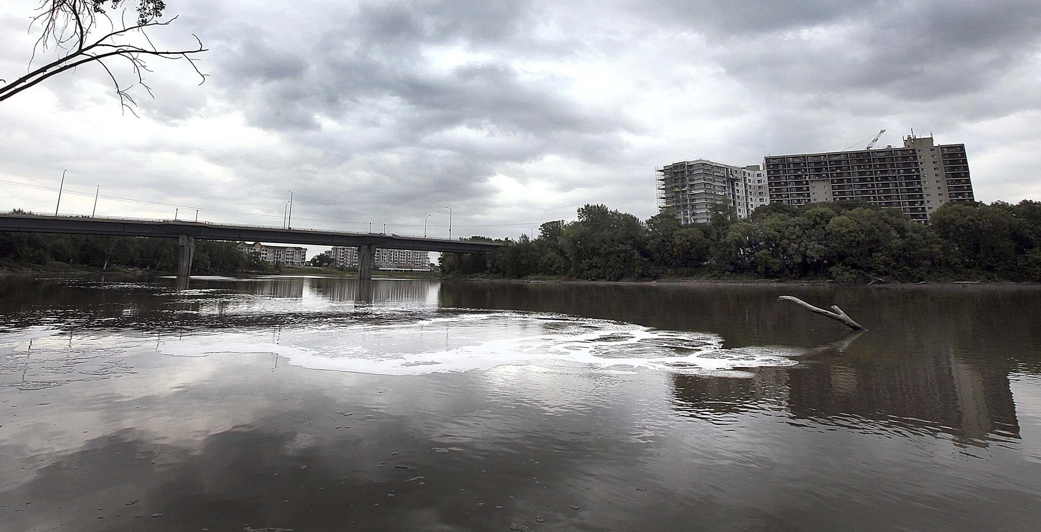 Treated (and sometimes untreated) sewage bubbles up from underneath the surface of the Red River just south of the Chief Peguis Trail. (Phil Hossack / Free Press files)