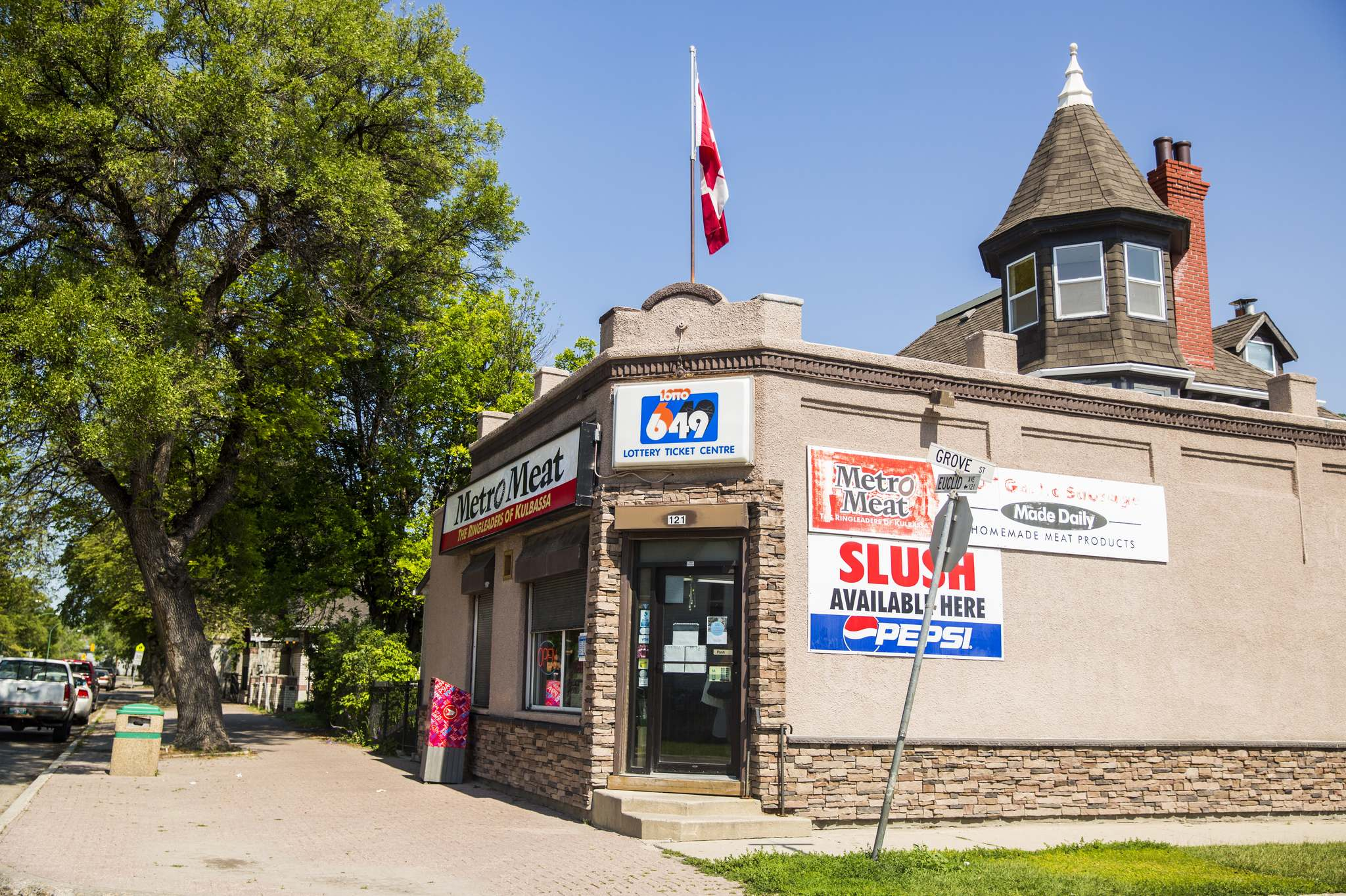 Point Douglas corner store at 121 Euclid Ave. (Mikaela MacKenzie / Winnipeg Free Press)