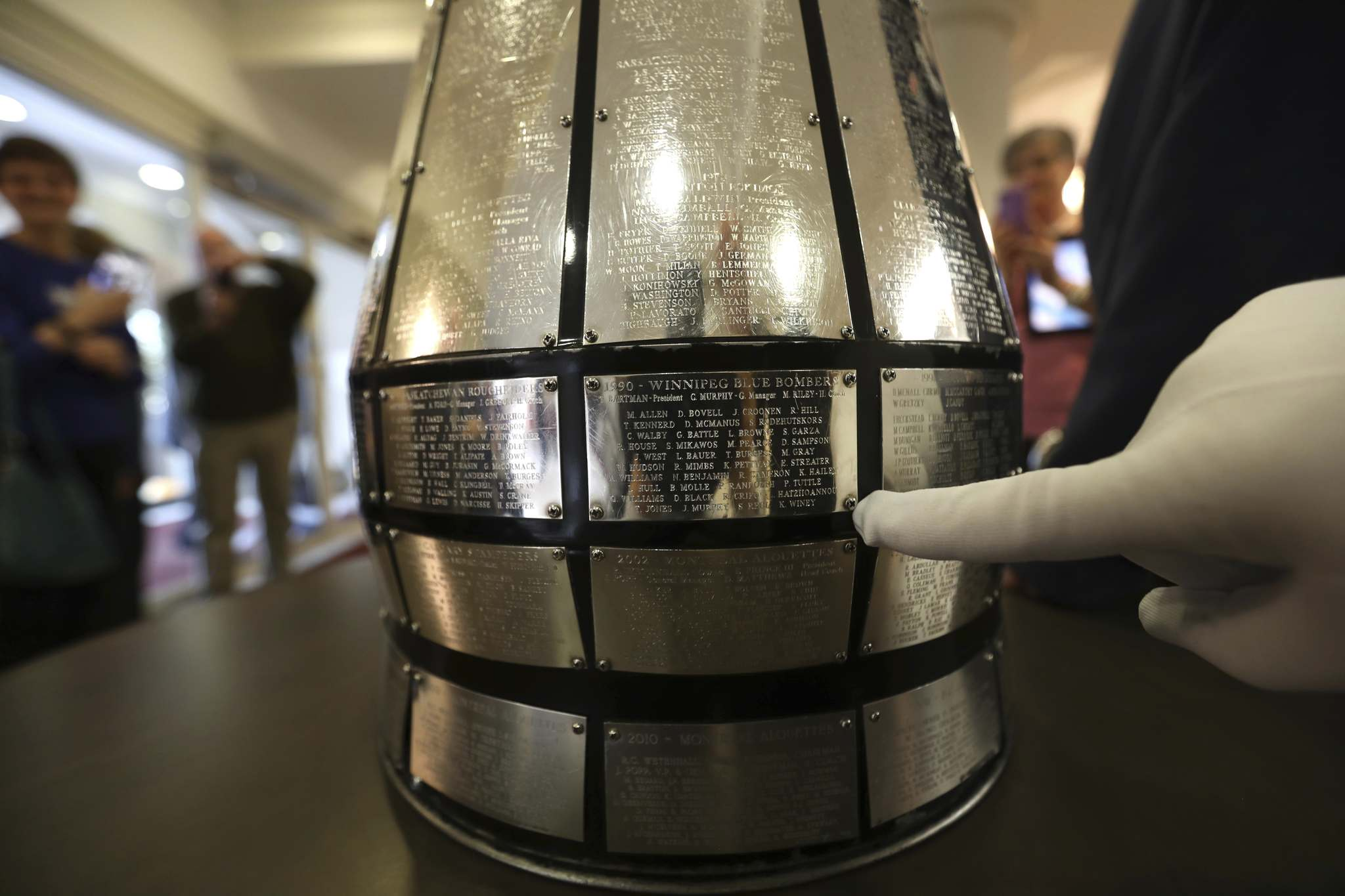 RUTH BONNEVILLE / WINNIPEG FREE PRESS FILES</p><p>The plaque on the Grey Cup noting the Bombers' 1990 championship. </p>