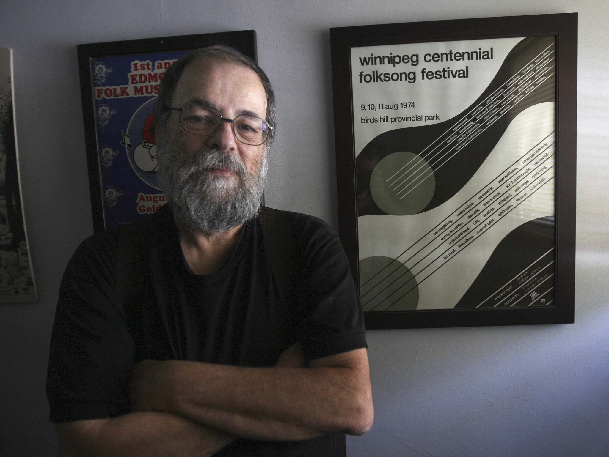 Mitch Podolak shows off the poster for the first festival that would eventually become the Winnipeg Folk Festival. (Joe Bryksa / Winnipeg Free Press)</p>