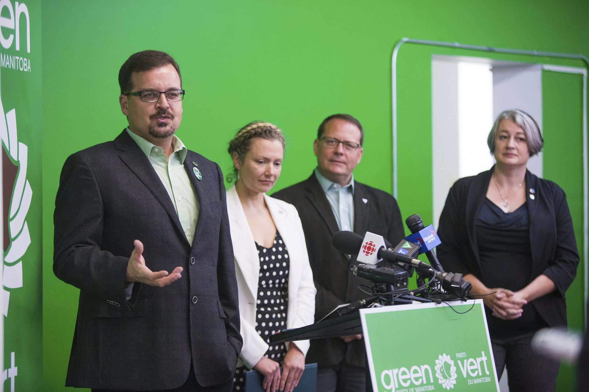 MIKAELA MACKENZIE / WINNIPEG FREE PRESS</p><p>Dave Nickarz discusses Green Party policy Saturday with Union Station candidate Andrea Shalay (second from left), Green Party of Ontario leader Mike Schreiner, and P.E.I. Green MLA Hannah Bell.</p></p>