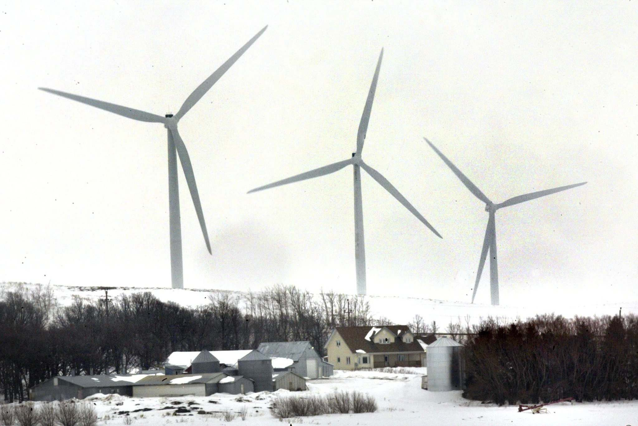 PHIL HOSSACK / WINNIPEG FREE PRESS FILES</p><p>According to a briefing note released by the Progressive Conservative campaign, the net loss of Manitoba's three wind-farm projects, including St. Leon (above), totals $327 million so far.</p></p>