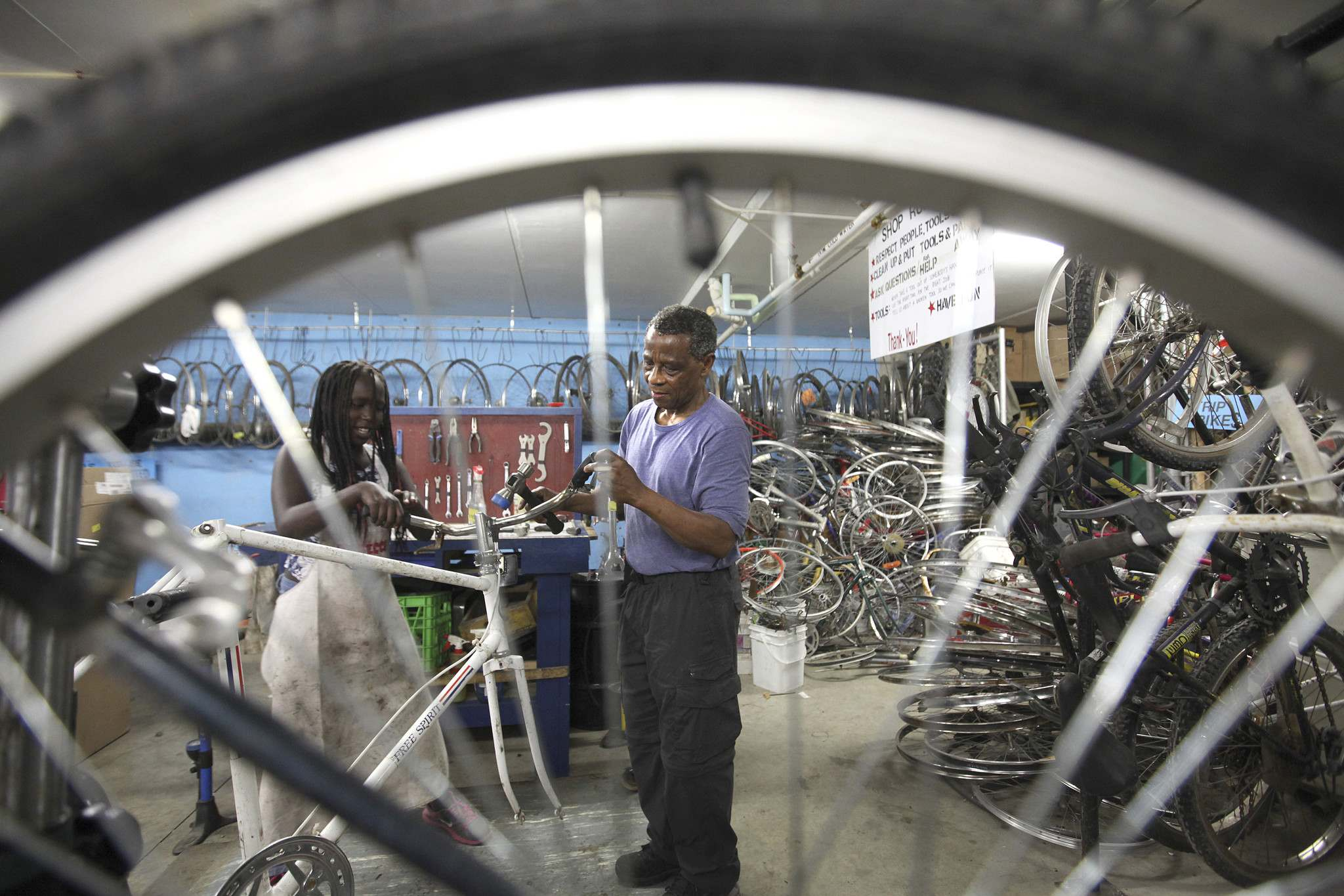 RUTH BONNEVILLE / WINNIPEG FREE PRESS files</p><p>WRENCH volunteers work to refurbish a bike. WRENCH is holding its Back to School Bike Market at The Forks on Sunday, Sept. 15.</p>