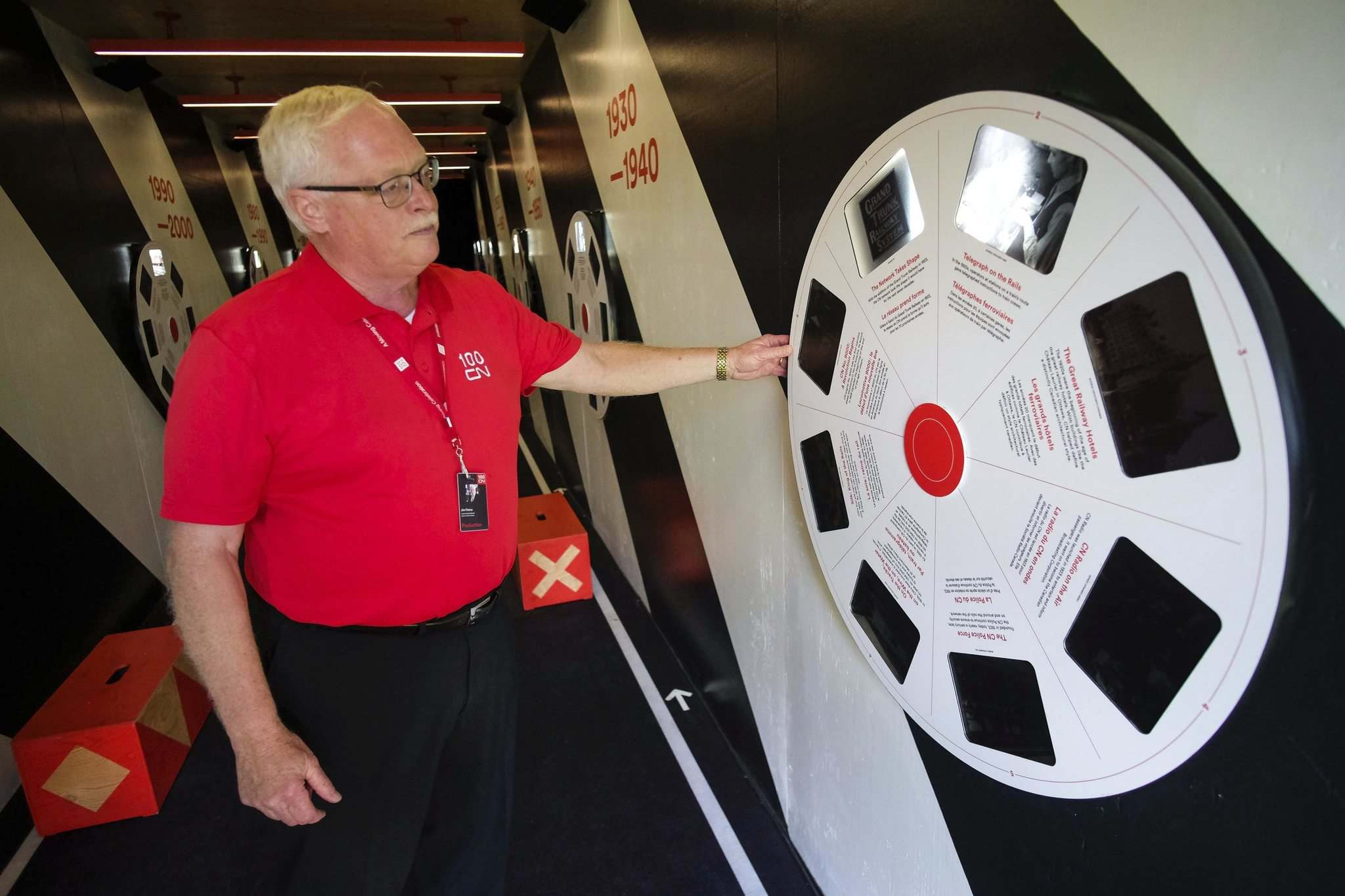 Jim Feeny demonstrates an exhibit based on an old the View-Master toy that allows visitors to see photos from some of CN's 100 year history. (Daniel Crump / Winnipeg Free Press)</p>