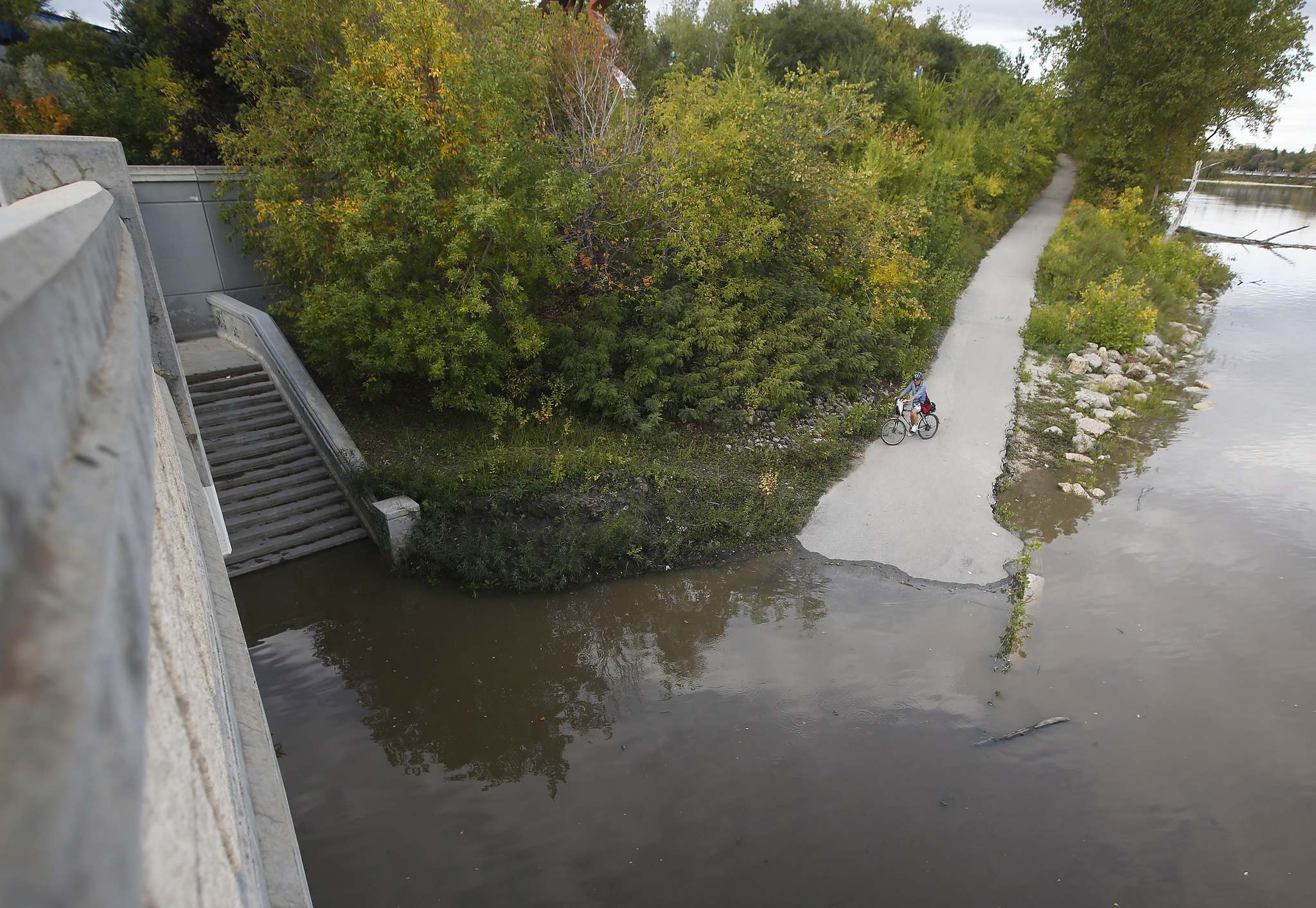 Winnipeg had 153.1 millimetres of rain in September, including 40 mm during a single rainfall on Sept. 20, which flooded various walkways connected to The Forks riverwalk system. (John Woods / Winnipeg Free Press files)</p>