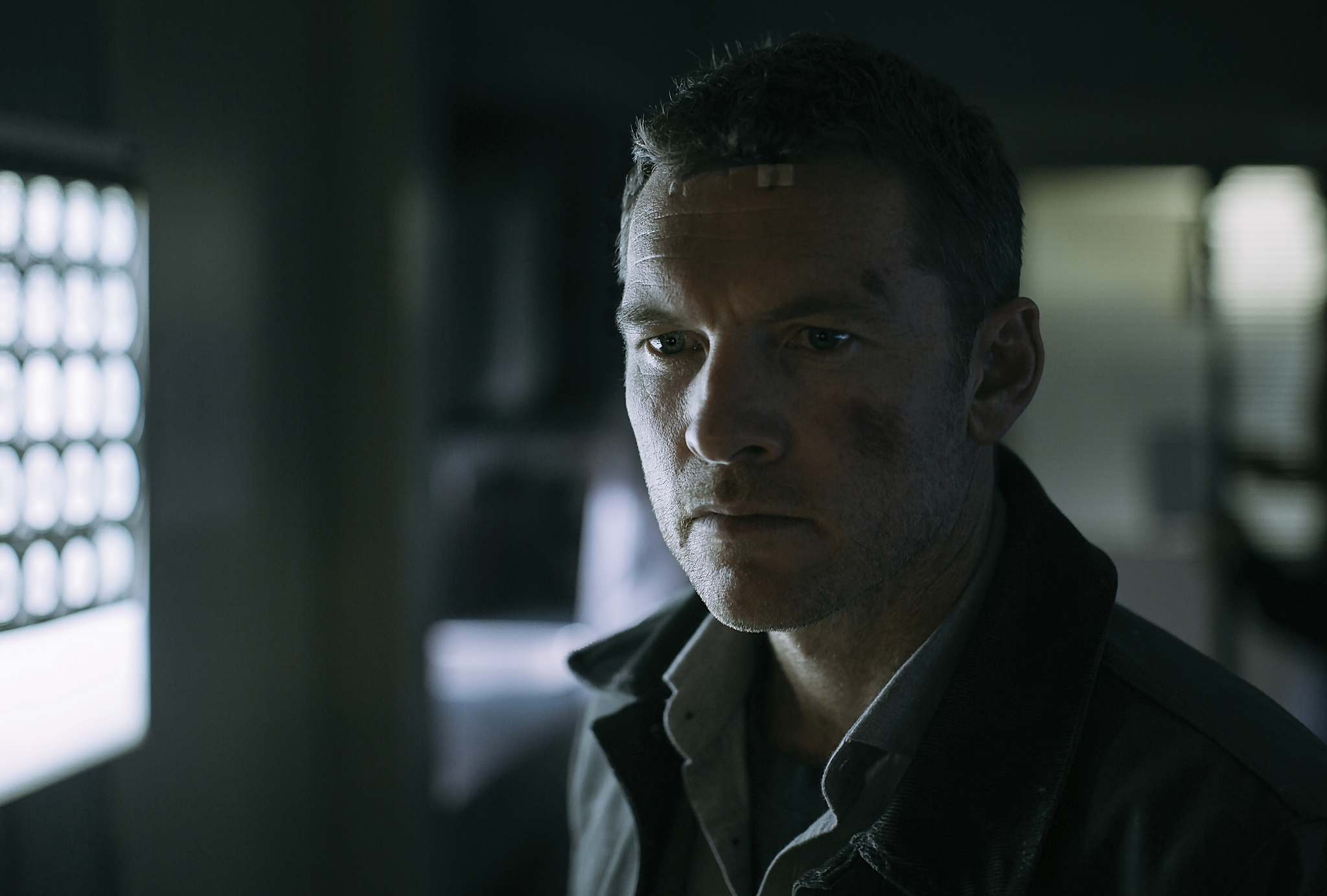 In Fractured, Ray Monroe (Sam Worthington) undergoes a quest in search of his family that may be a product of his own trauma-induced imagination. (Netflix)