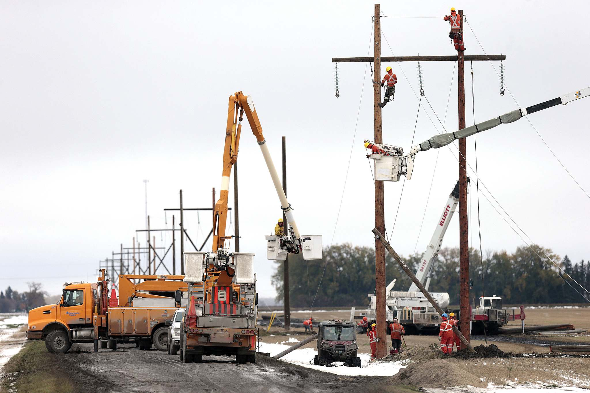 PHIL HOSSACK / WINNIPEG FREE PRESS</p><p>Hydro crews from Manitoba and Saskatchewan work on downed lines after replacing shattered poles north of Portage la Prairie. Manitoba Hydro employees that are working away from home during the post-storm cleanup will not be able to vote in the federal election if they have not already made alternate arrangements, according to Elections Canada.</p>