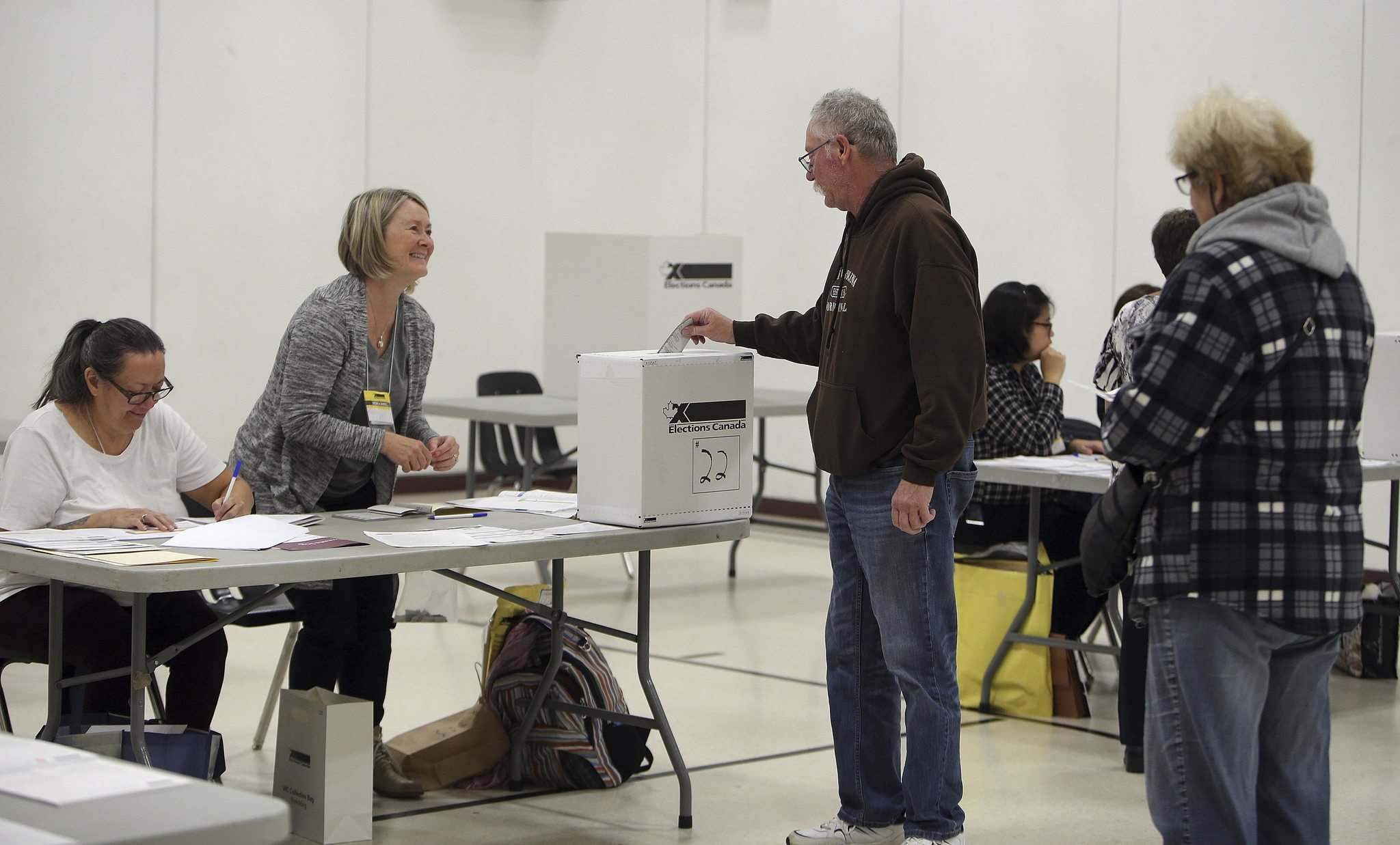 Rick Lentowich casts his ballot in the Winnipeg Centre riding at the Valour Community Centre Clifton site Monday when polls opened at 8:30 a.m. (Jason Halstead / Winnipeg Free Press)</p>