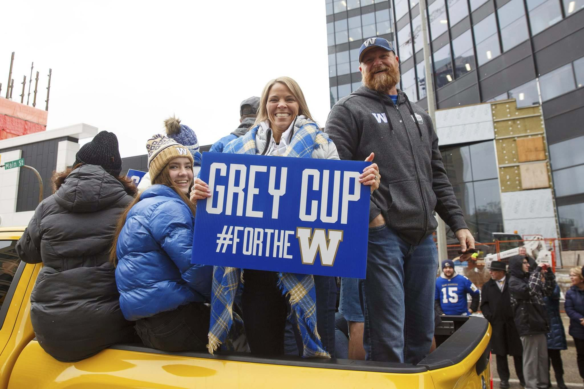 Winnipeg Blue Bomber head coach Mike O'Shea with his wife, Richere, and daughters, during the Grey Cup parade. (Mike Deal / Winnipeg Free Press files)</p>