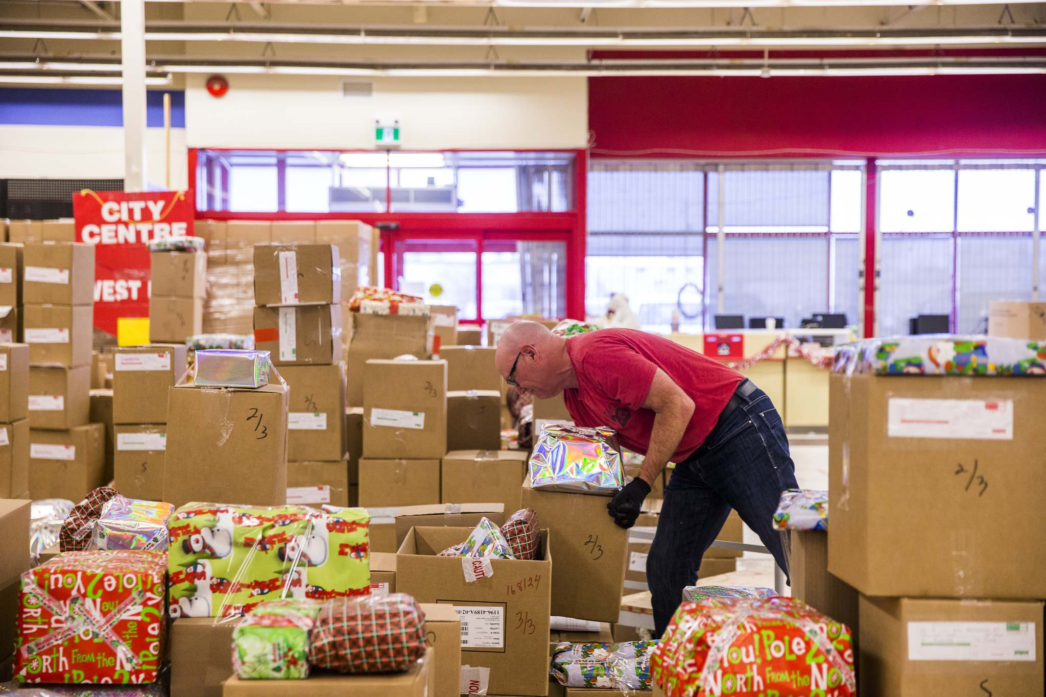 MIKAELA MACKENZIE / WINNIPEG FREE PRESS Tim Watters unloads packed hampers at the Christmas Cheer Board, which supplies 17,000 hampers annually, in Winnipeg on Thursday, Dec. 5, 2019. For Brenda Suderman/Gabrielle Piche story. Winnipeg Free Press 2019.</p>