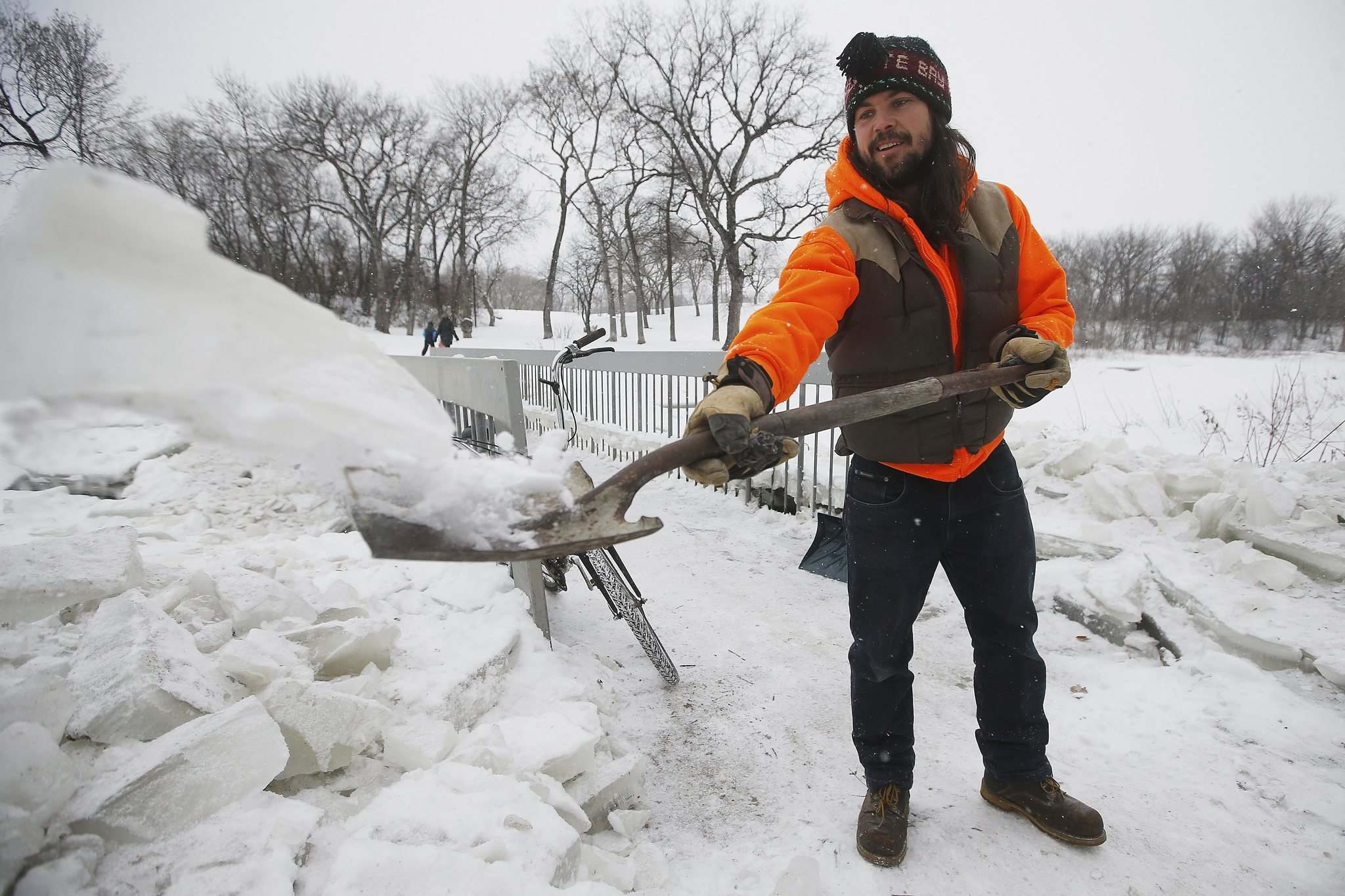 JOHN WOODS / WINNIPEG FREE PRESS</p><p>Brad Hignell and another resident shovelled the ice from a pedestrian bridge that crosses Omand's Creek after the City of Winnipeg closed it to pedestrians.</p></p>