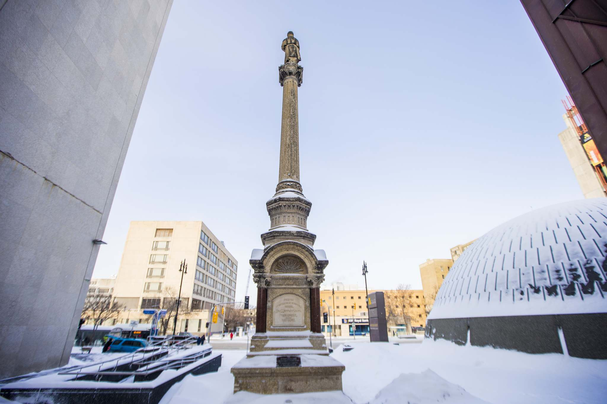 A pillar stands between the Manitoba Museum and Centennial Concert Hall paying tribute to men who died fighting the Louis Riel-led Métis forces at Fish Creek and Batoche, Sask., in 1885. (Mikaela MacKenzie / Winnipeg Free Press)</p>