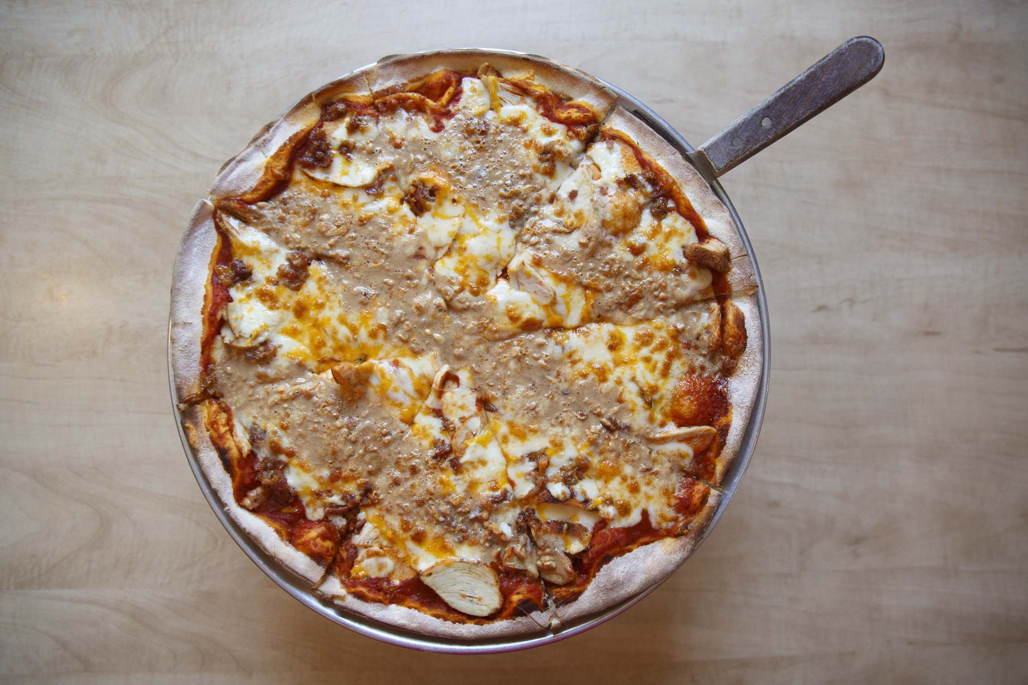 The Steve B pizza at Corrientes is described on the menu as topped with crunchie peanut butter, bacon, smoked cajun chicken breast, and mozzarella and cheddar cheeses on tomato sauce. (Mike Deal / Winnipeg Free Press)</p></p>