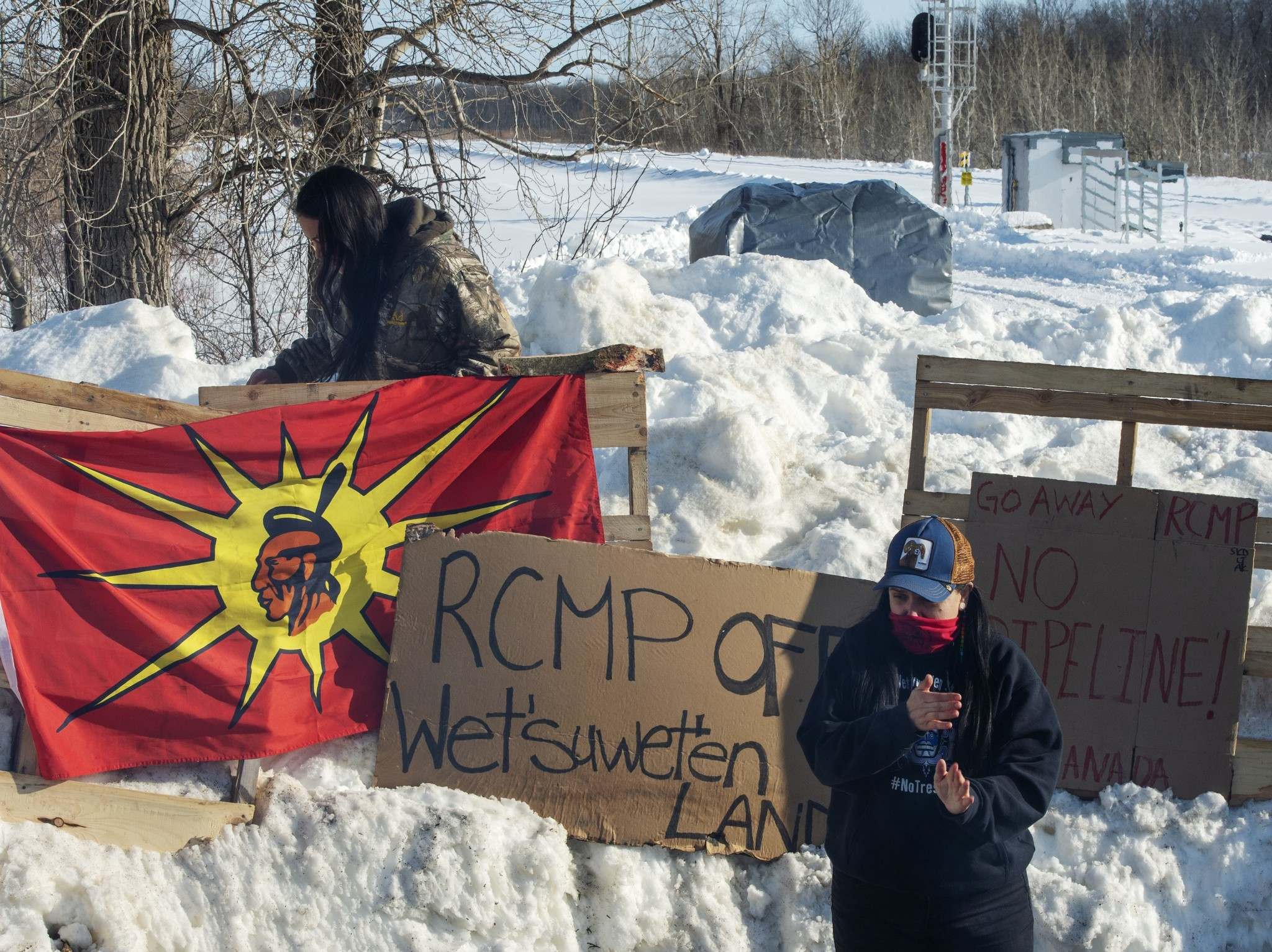 Members of the Mohawk community man a blockade of the commuter rail line in Kahnawake, Que. on Wednesday. (Ryan Remiorz / The Canadian Press)</p>