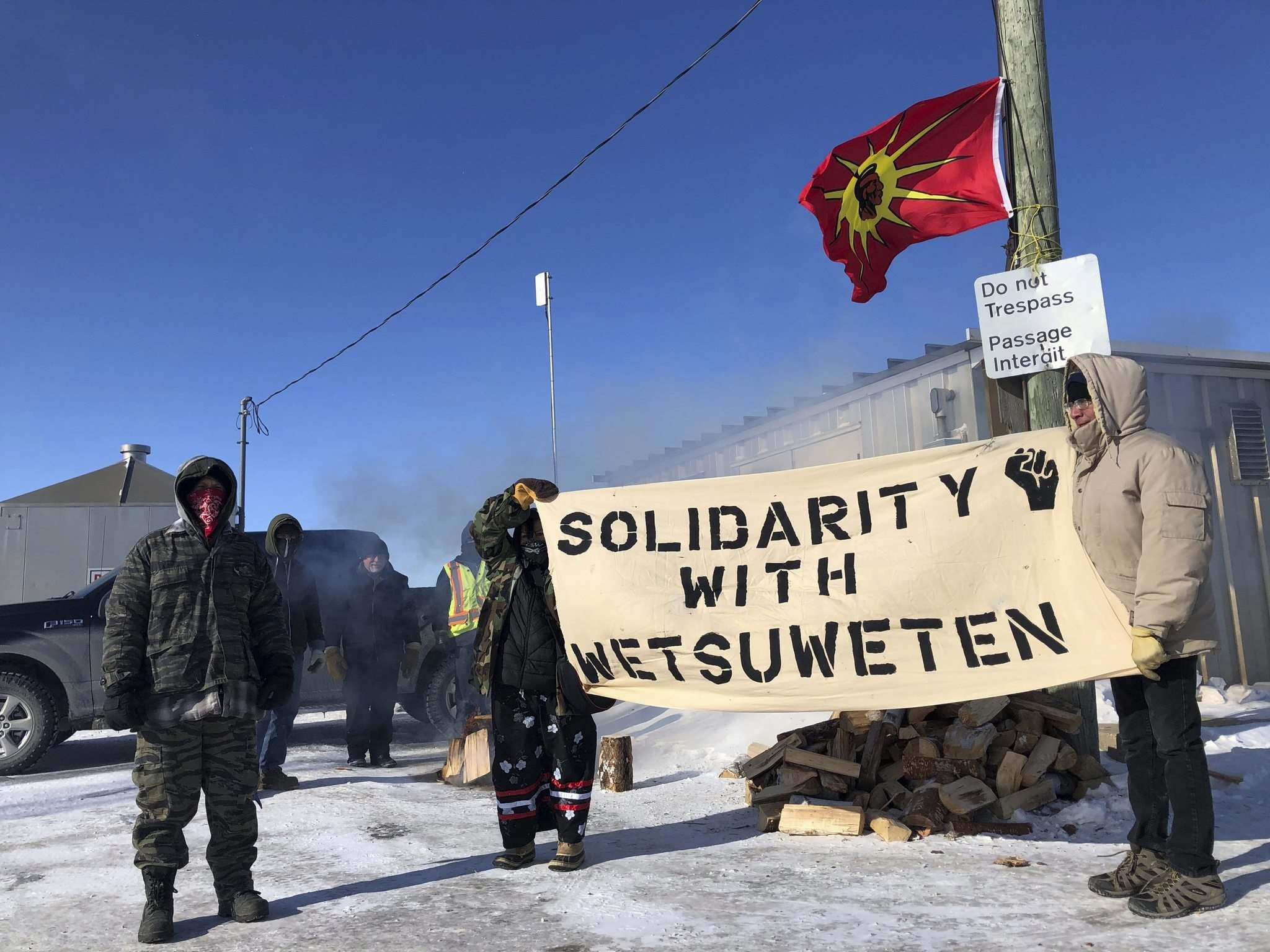 Danielle Da Silva / Winnipeg Free Press files</p><p>Demonstrators block a portion of the Canadian National rail line 25 kilometres west of Winnipeg on Feb. 12, in solidarity with protests on traditional Wet'suwet'en territory in B.C.</p>