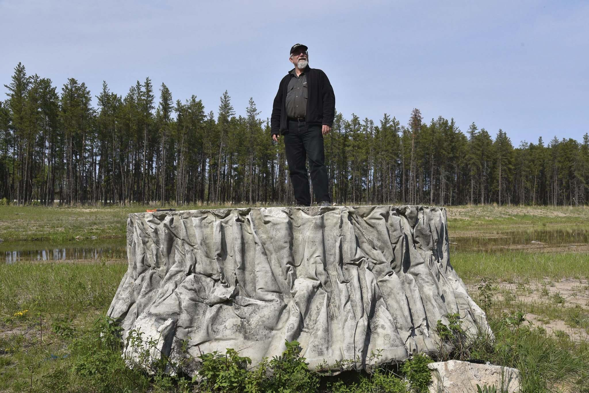 Smokey's Tree Stump is located between Richer and Hadashville just off the Trans-Canada Highway. (Gordon Goldsborough)