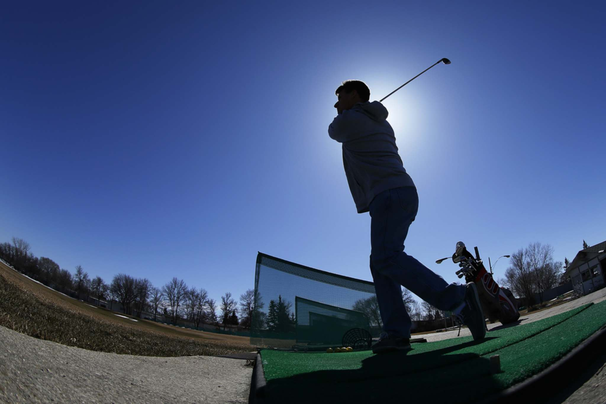 JOHN WOODS / WINNIPEG FREE PRESS FILES</p><p>A golfer hits some balls on the opening day of golf season in 2018. There are some Manitoba golf course officials who don't think COVID-19 should put a halt to the golf season.</p>