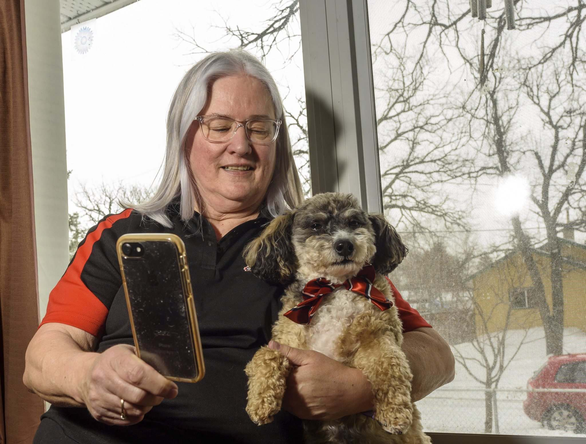 JESSE BOILY / WINNIPEG FREE PRESS</p><p>Donamae Hilton and her dog Mark-Cuss livestream their visit to seniors on Thursday. Mark-Cuss is a St. Johns Ambulance service dog and does visits all across the city, but has had to stop due to social distancing.</p>