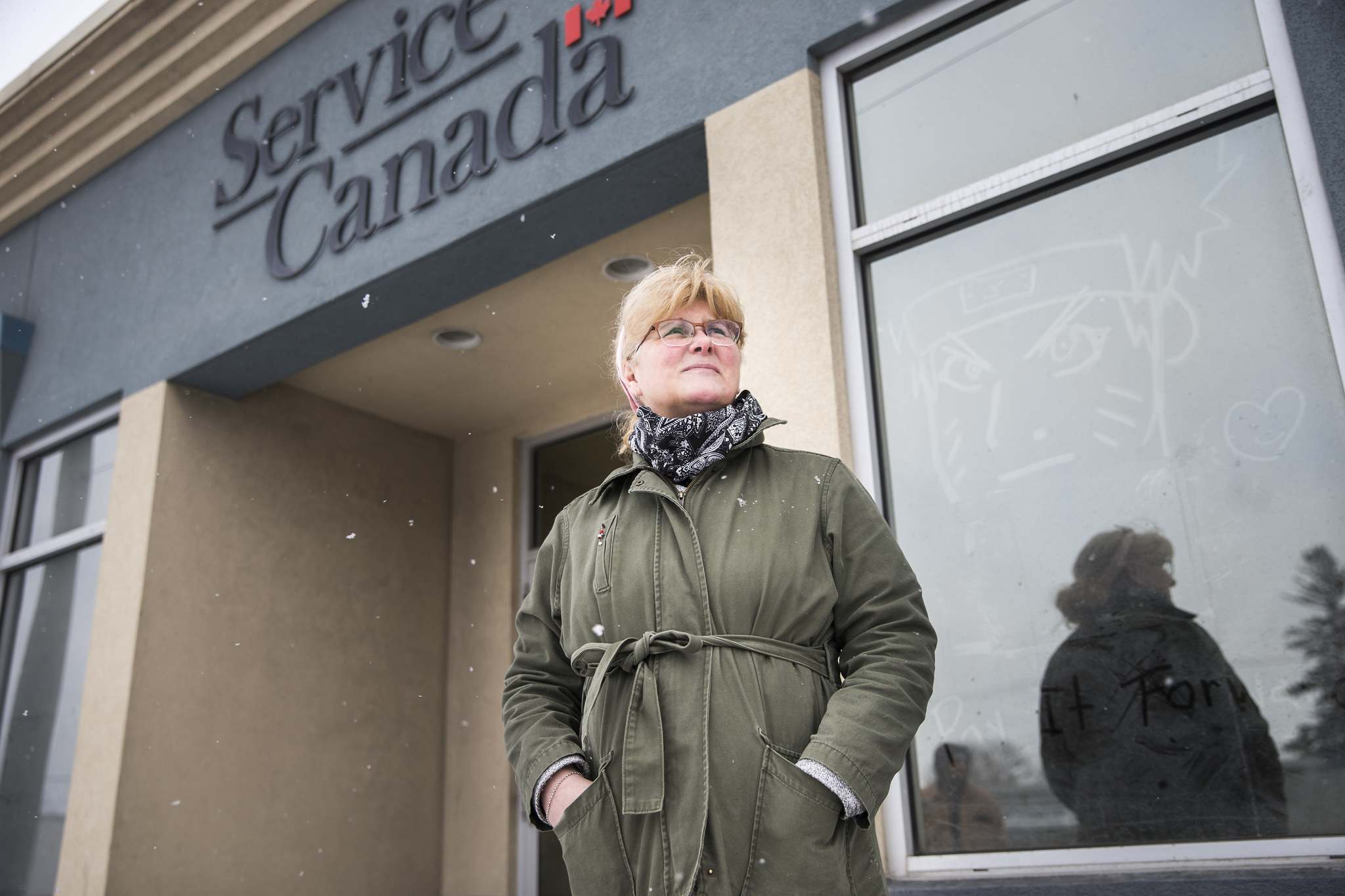 MIKAELA MACKENZIE / WINNIPEG FREE PRESS Cheryl Tymchak stands in line at Service Canada on St. Mary's Road in Winnipeg on Thursday, March 26, 2020. For JS story. Winnipeg Free Press 2020</p>