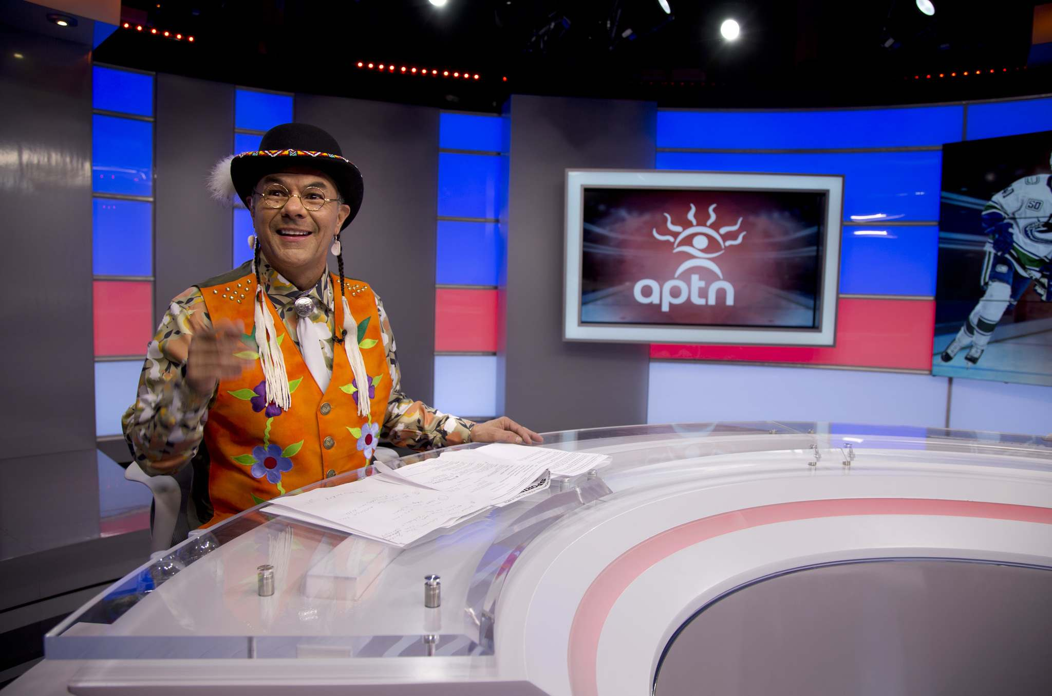 MELISSA MARTIN / WINNIPEG FREE PRESS</p><p>Minutes before showtime, Earl Wood gets ready to introduce the Hometown Hockey in Cree program.</p></p>