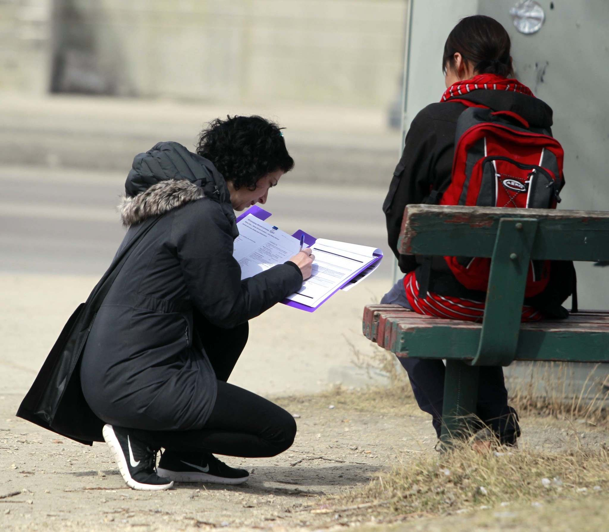 BORIS MINKEVICH / WINNIPEG FREE PRESS files</p><p>In this 2018 photo, a volunteer interviews a homeless Winnipegger at the corner of Higgins Avenue and Main Street. Statisticians are often forced to resort to creating population estimates for these hard-to-reach populations.</p>