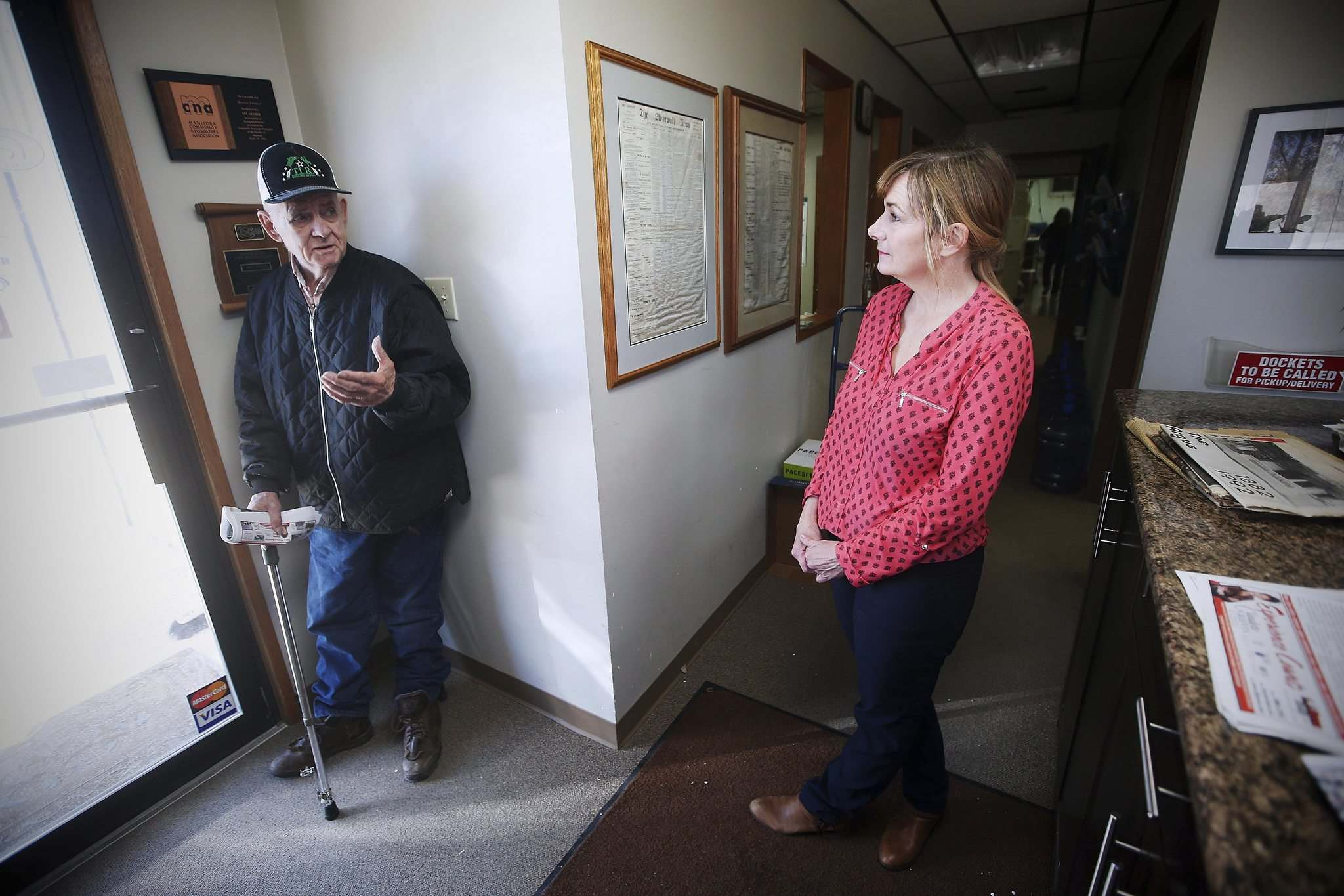 JOHN WOODS / WINNIPEG FREE PRESS</p><p>Lana Meier chats with local farmer Garnet Laing who dropped in to pick up a paper at the Meier's office in Stonewall Wednesday.</p>