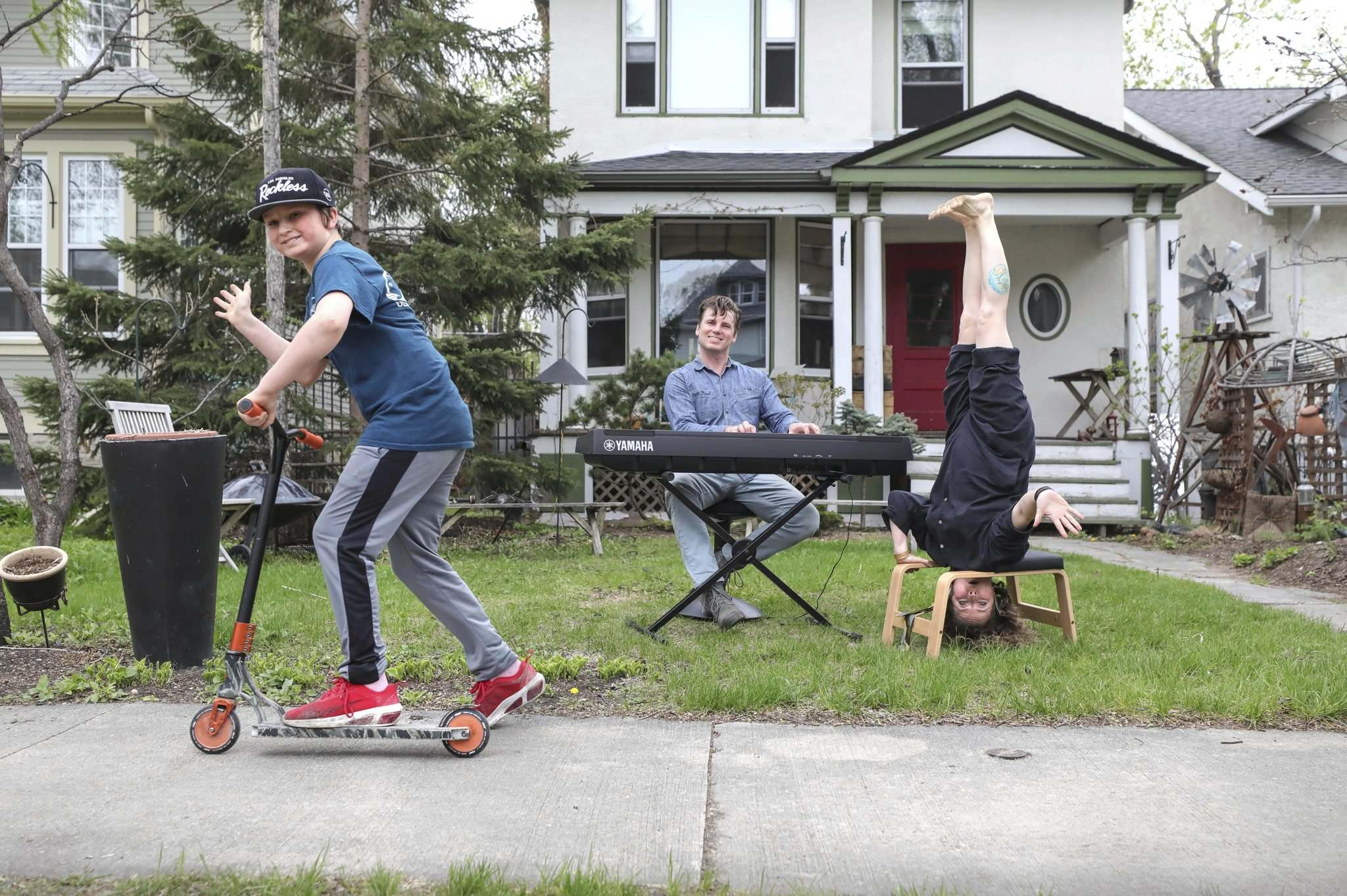 RUTH BONNEVILLE / WINNIPEG FREE PRESS</p><p>Zsigunnar Thordarson cruises by as his dad, Karl Thordarson, channels some Bob Dylan and mom Daina Leitold gets a new perspective on life.</p></p>