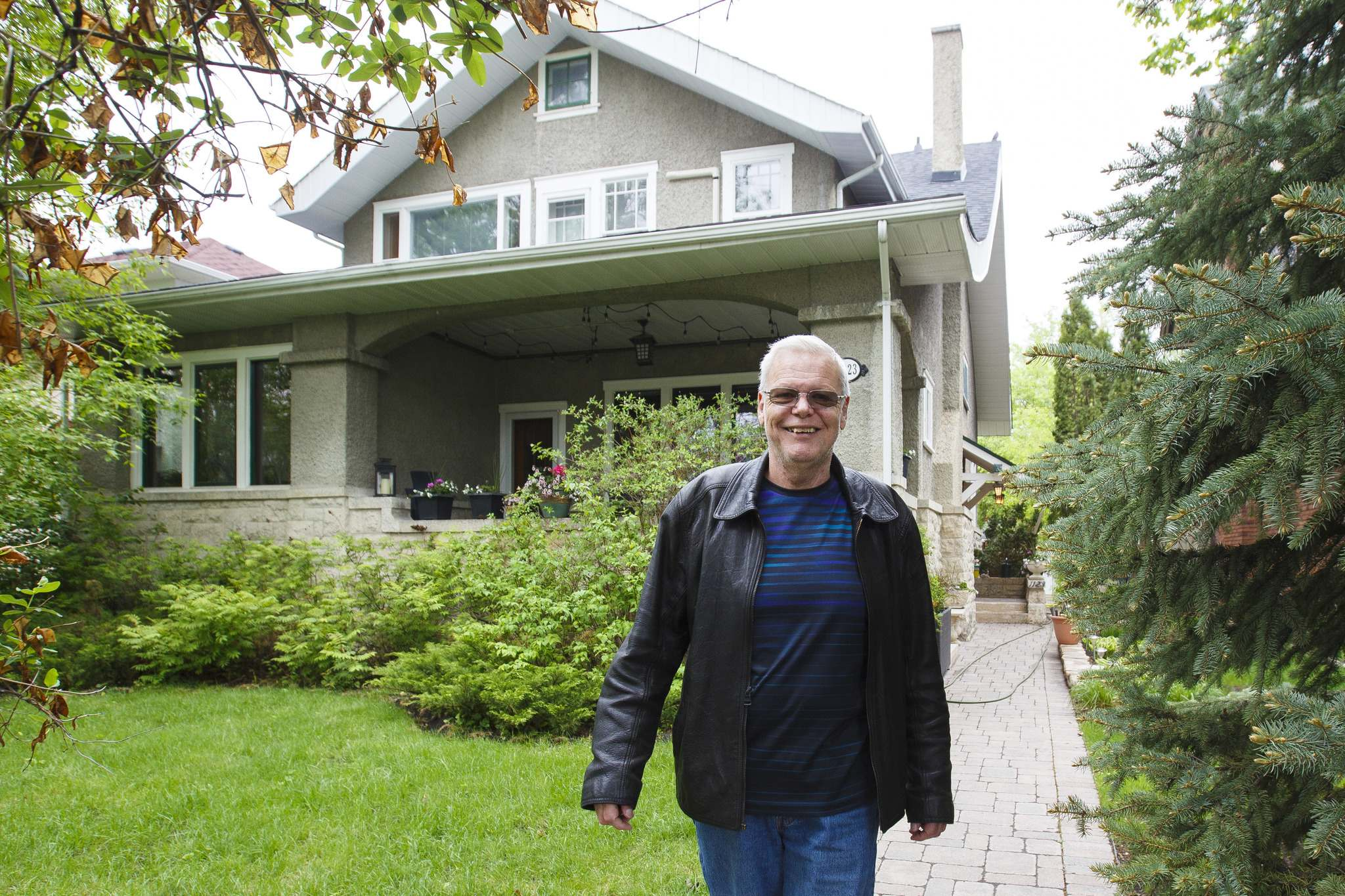 Bill Julius outside Neil Young's old home on Grosvenor Avenue.</p>