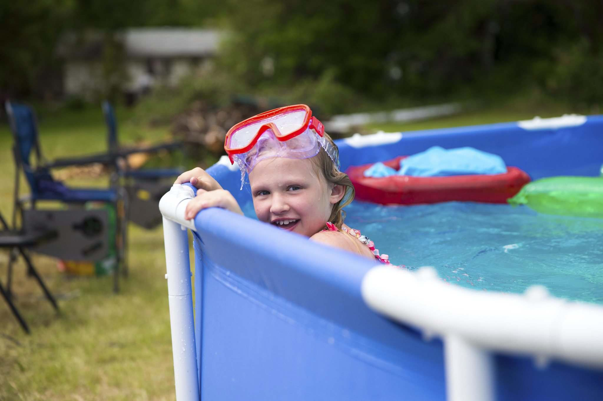 Eight-year-old Julie Kay plays in the recently installed above-ground pool at her grandparent's home in East St. Paul. (Mikaela MacKenzie / Winnipeg Free Press)