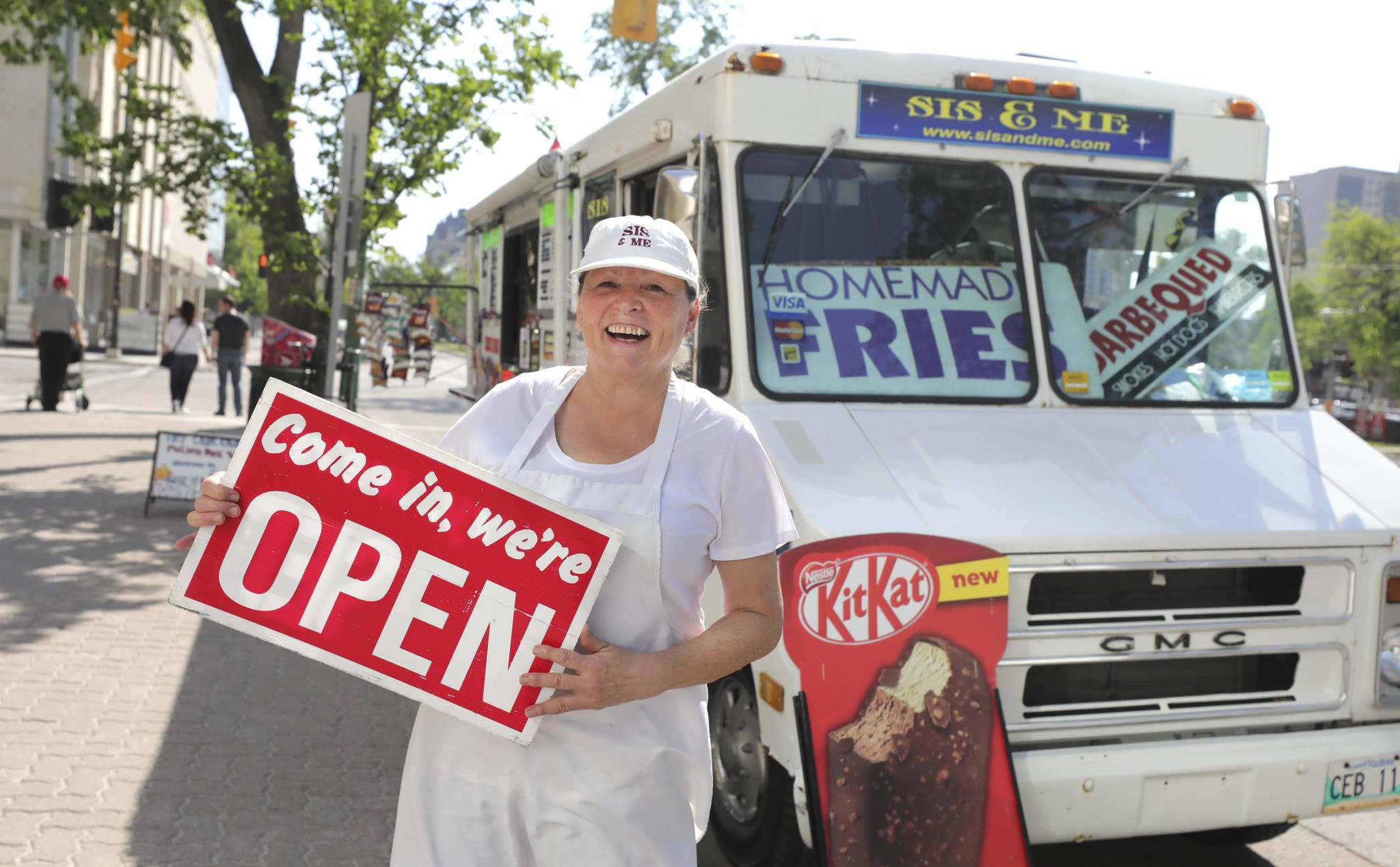The Sis & Me food truck has been allowed back on the street after their license was delayed until May because of the pandemic. (Ruth Bonneville / Winnipeg Free Press)</p>
