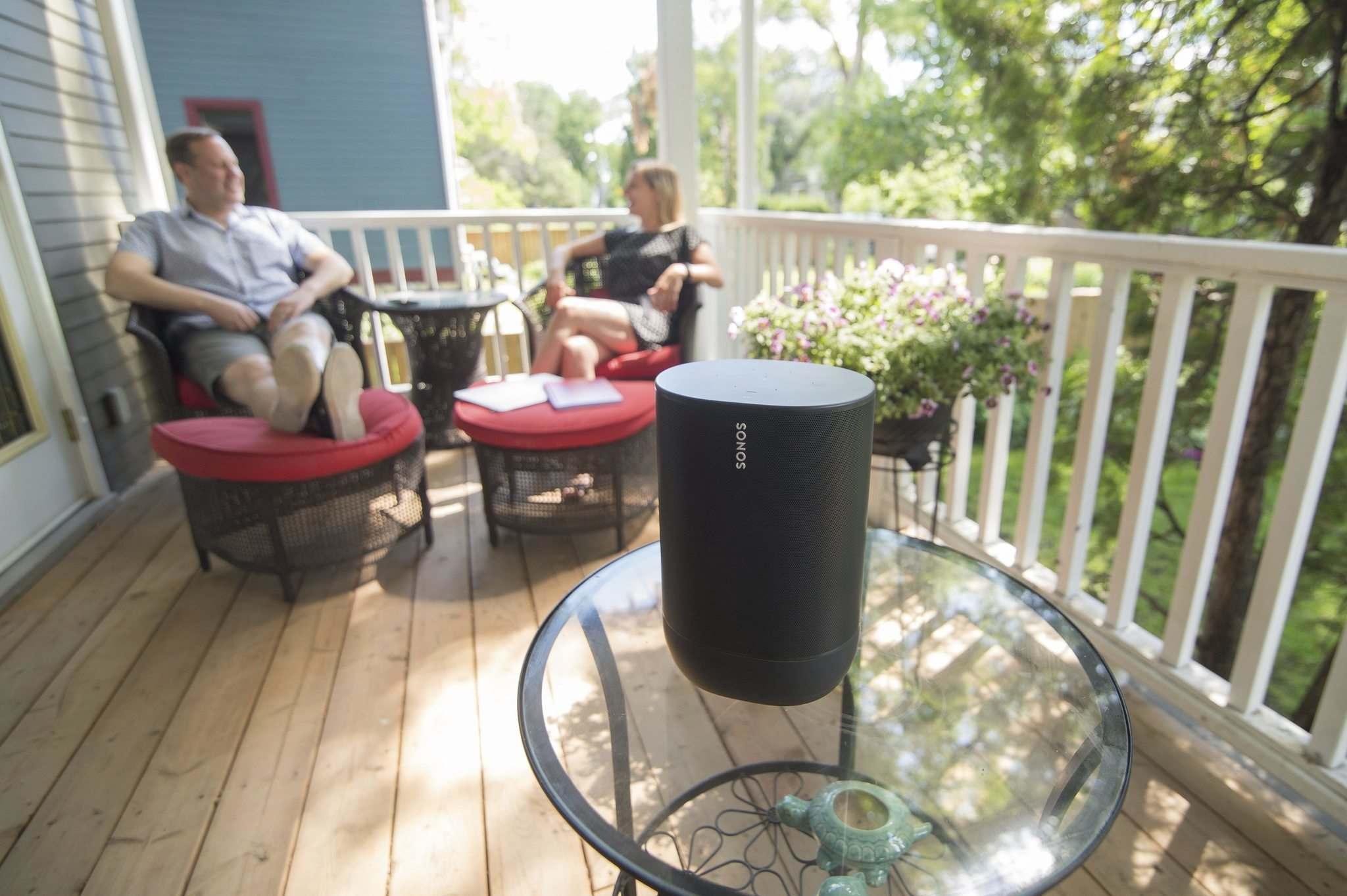 Lynne Skromeda, executive director of the Winnipeg Folk Festival, and her partner, Jason Smith, enjoy some music on the porch of their home. (Mike Sudoma / Winnipeg Free Press)