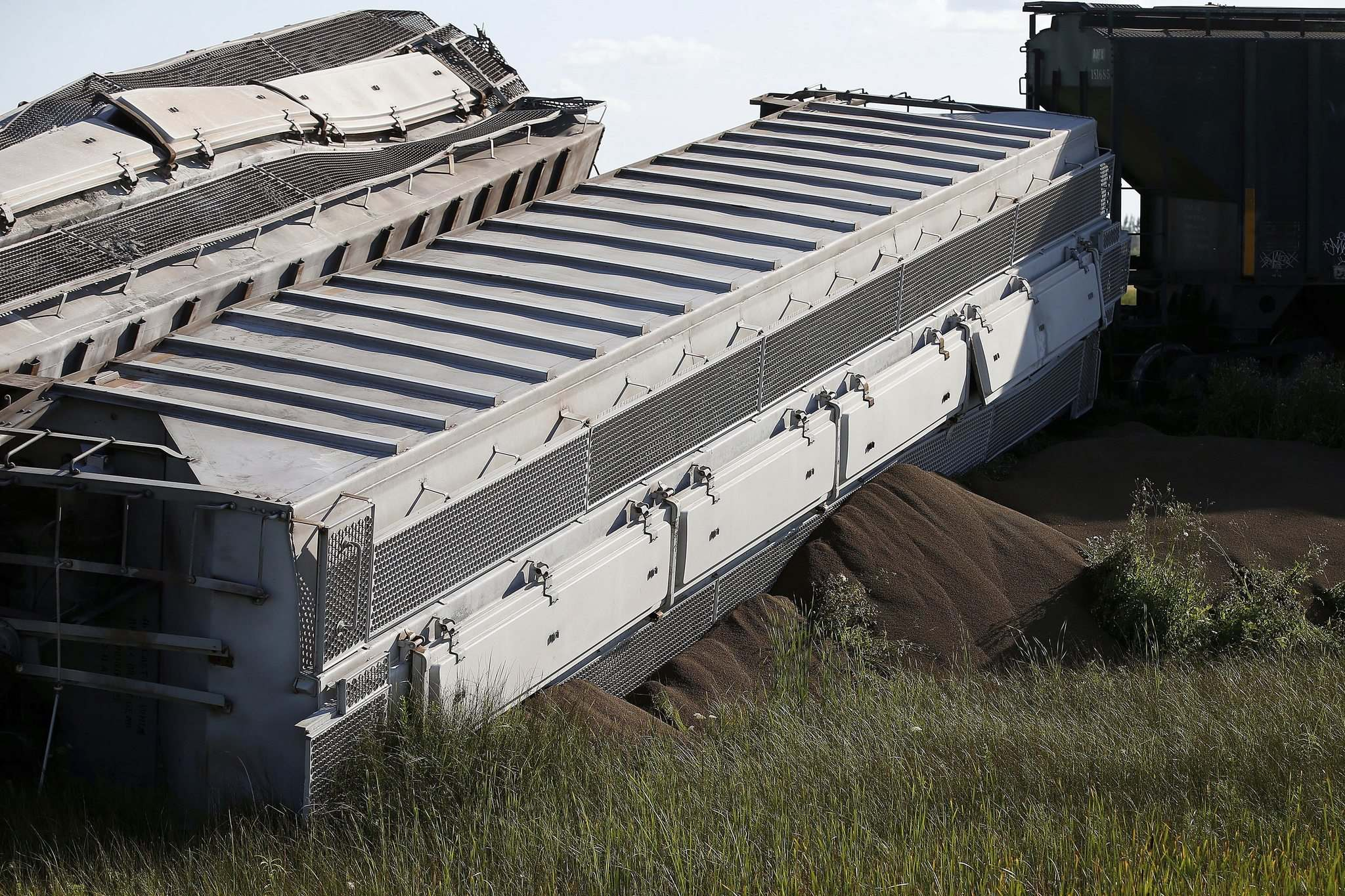 The 26 cars contained potash, a fertilizer. No one was injured in the derailment. (John Woods / Winnipeg Free Press)</p>