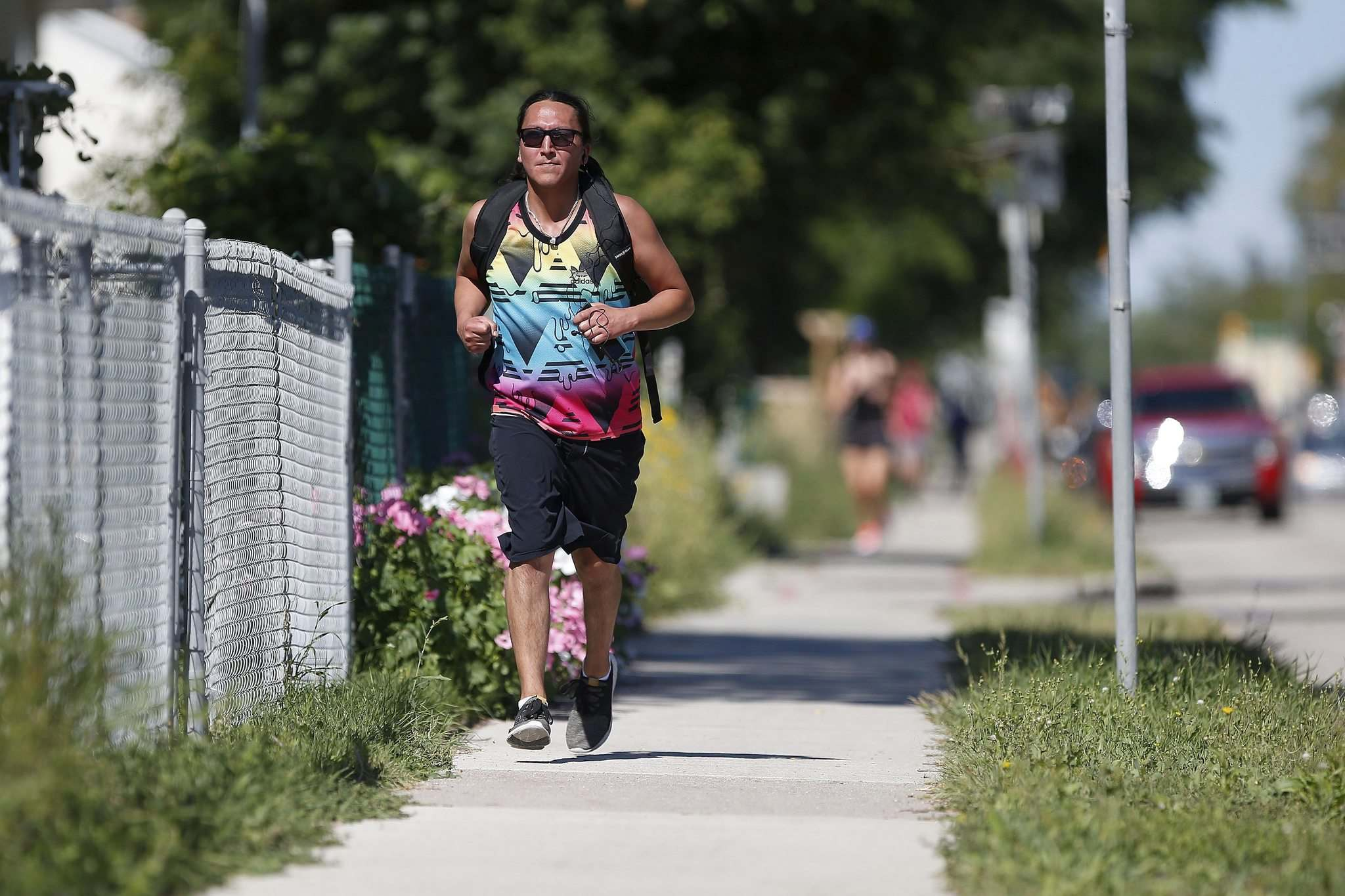 Mark Cardy runs down Logan Avenue. (John Woods / Winnipeg Free Press)</p>