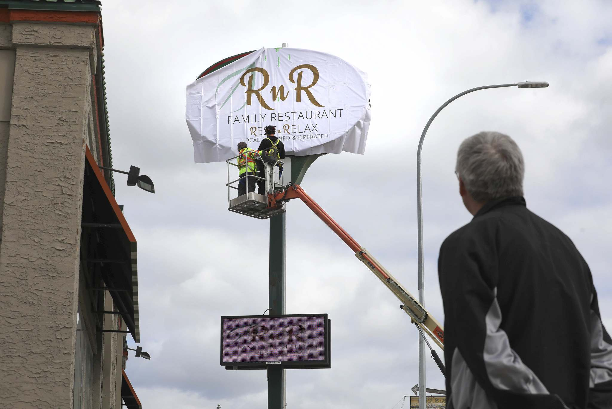 This month, three former locations of the American chain — on Regent Avenue, Portage Avenue and McPhillips Street — will be rebranded as RnR Family Restaurants, with locally focused menus. (Ruth Bonneville / Winnipeg Free Press)