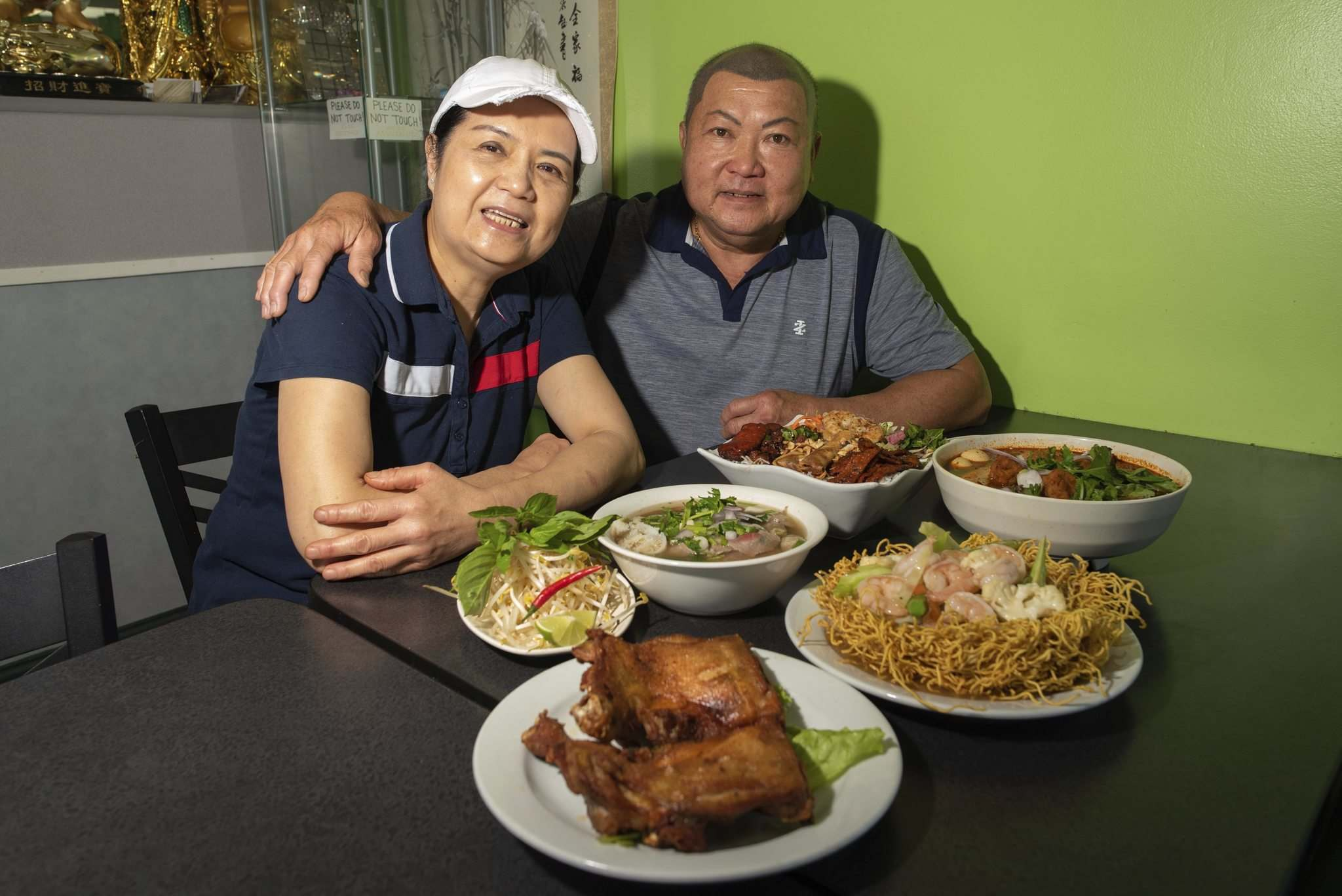 JESSE BOILY / WINNIPEG FREE PRESS</p><p>Son Dang, right, and his wife, Trinh Nguyen, in their Fort Gary restaurant, T.H. Dang.