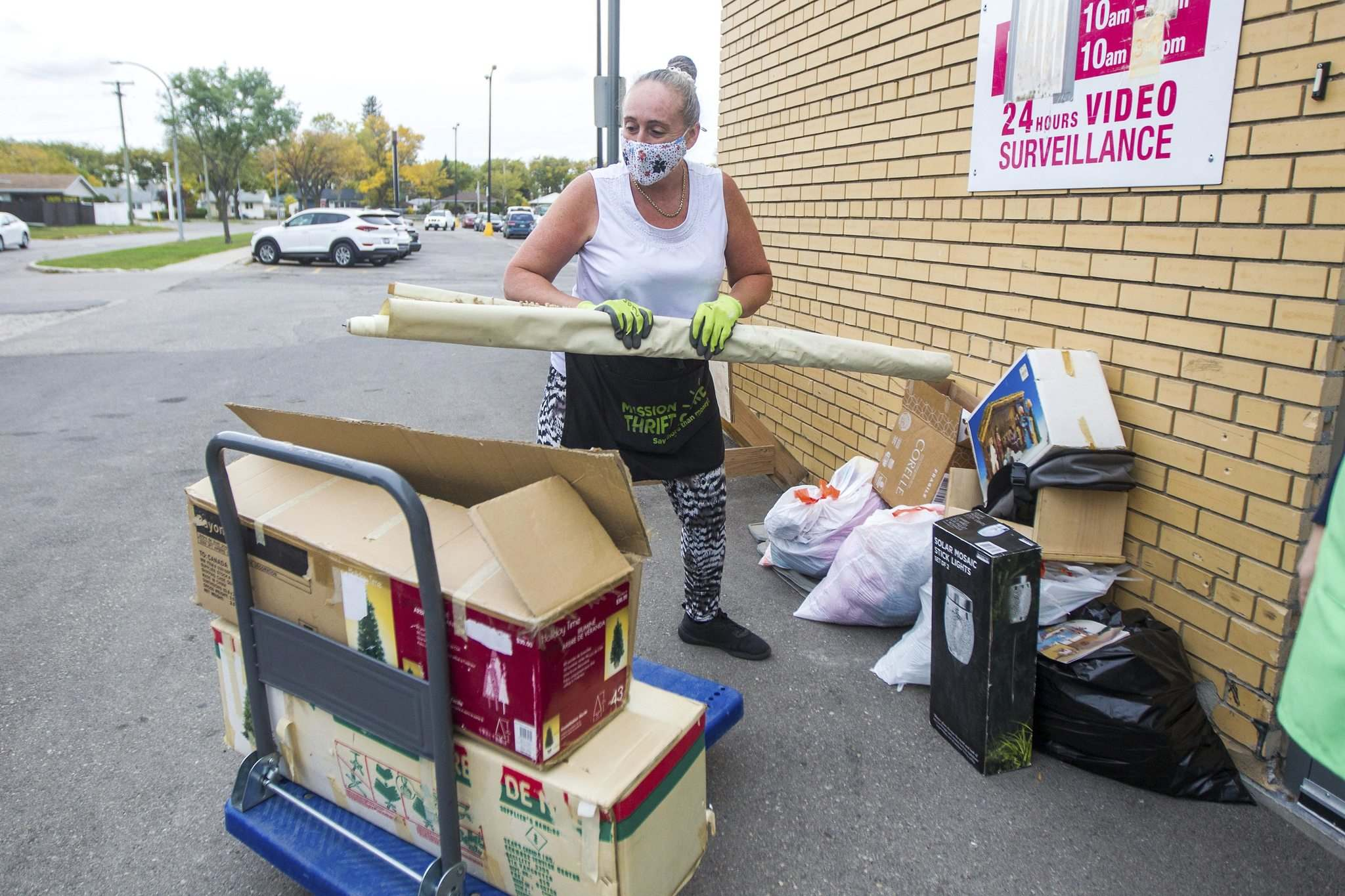 Receiver Alison Seavers now loads all donations to the Mission Thrift Store into a shipping container, where they are quarantined. (Mikaela MacKenzie / Winnipeg Free Press)