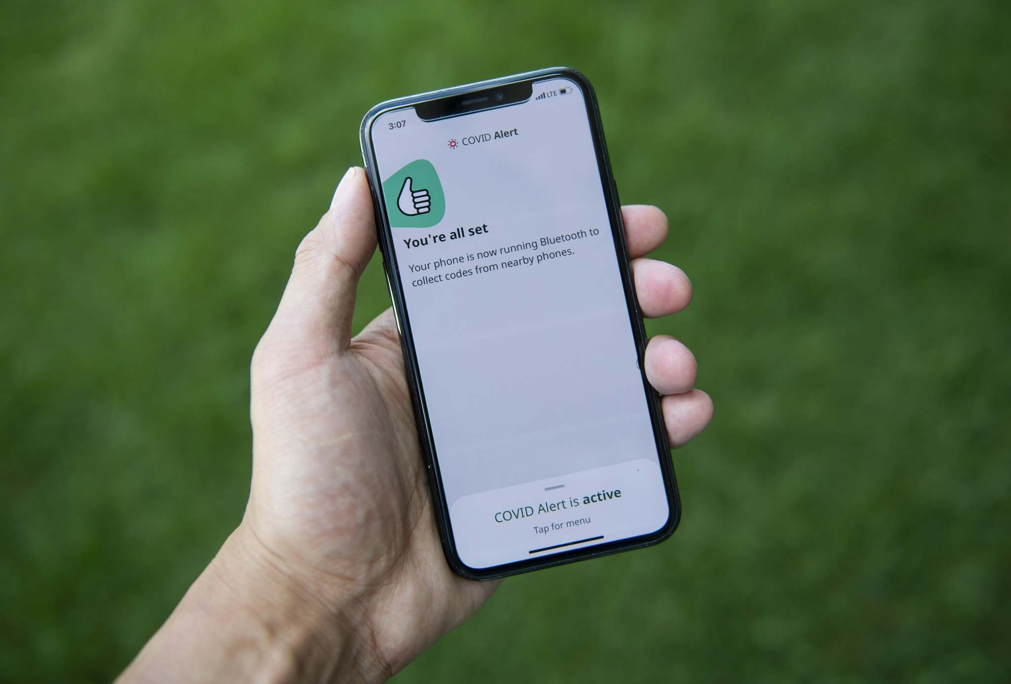 The app tracks the locations of phones relative to other phones, and notifies users if they have been in proximity to another app user who has tested positive for COVID-19. (Justin Tang / The Canadian Press files)</p>