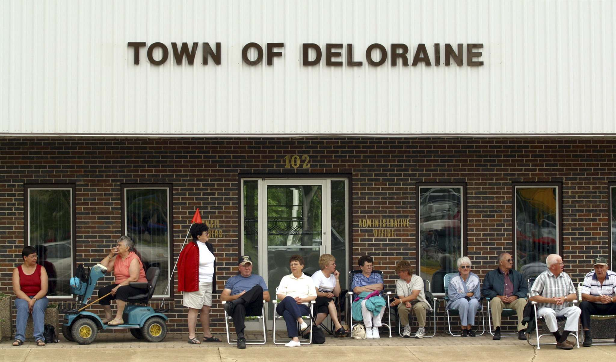 Residents of Deloraine wait for a parade to start during the opening of Nygard Park on June 22, 2002. Peter Nygard was the Grand Marshall. (Mike Aporius / Winnipeg Free Press files)</p>