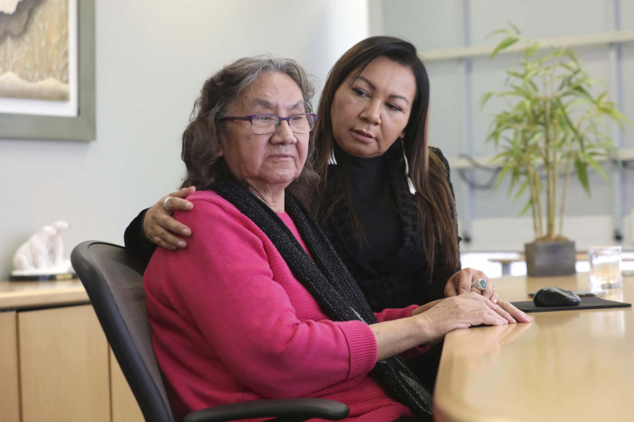 RUTH BONNEVILLE / WINNIPEG FREE PRESS</p><p>Bunibonibee Elder, Sadie North, left, shared her experience with racism at a Winnipeg emergency room and hospital with her daughter, Sheila North, at her side at a press conference Friday.</p>