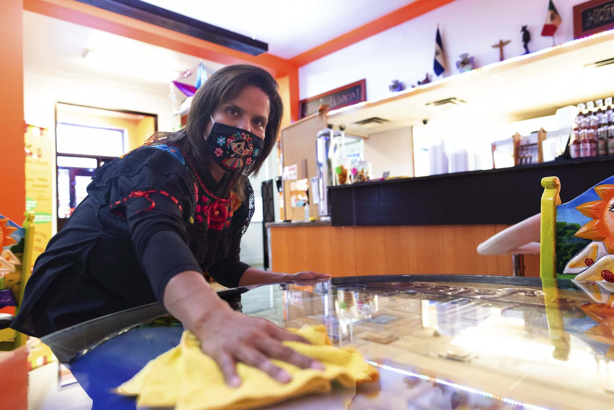 JESSE BOILY / WINNIPEG FREE PRESS</p><p>Mayra Dubon wipes down a table at JC Tacos and More on Thursday.</p>