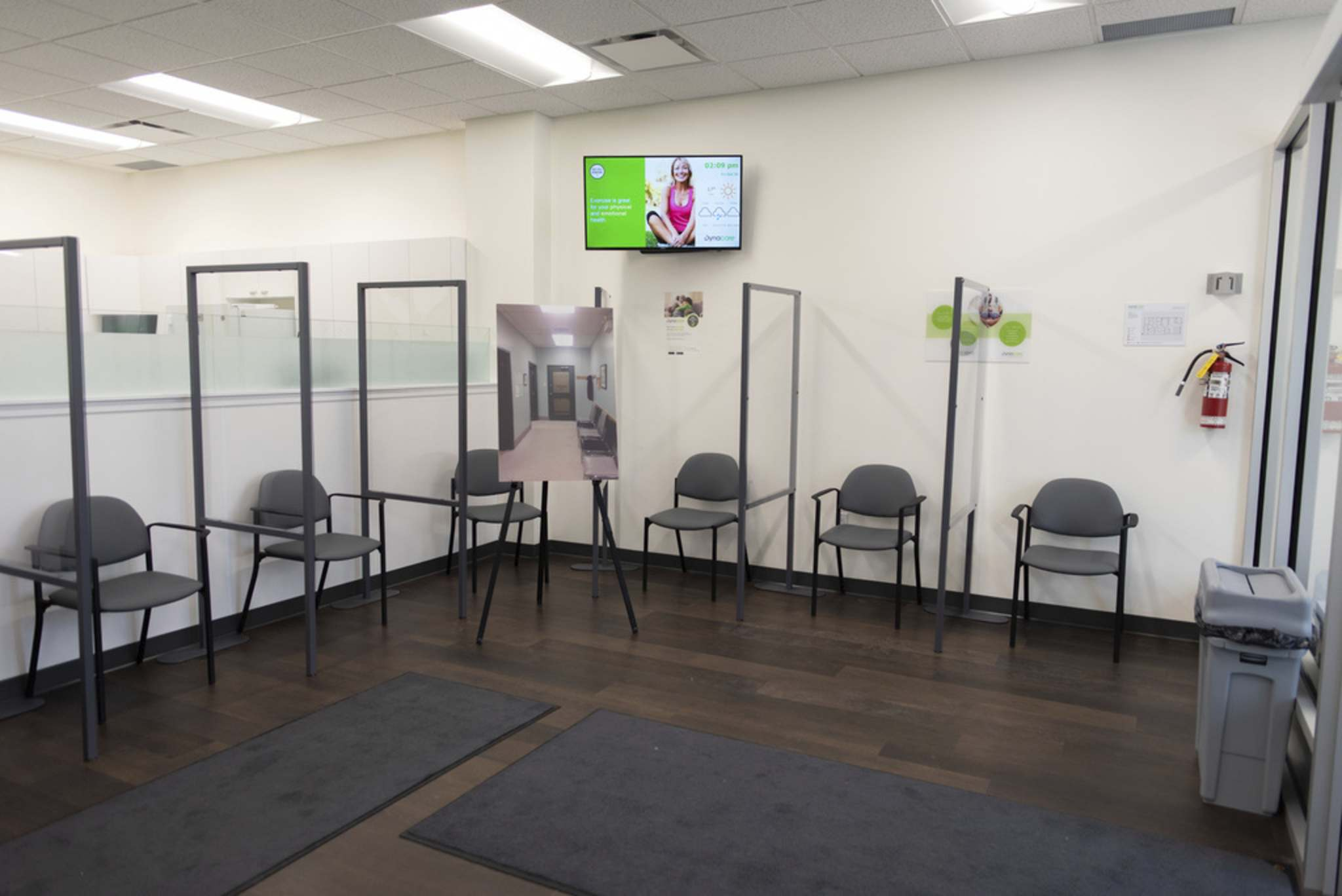 JESSE BOILY / WINNIPEG FREE PRESS</p><p>The waiting room at Dynacare's new location at 3-1581 Regent Avenue with plexiglass barriers between chairs for physical distancing.</p>