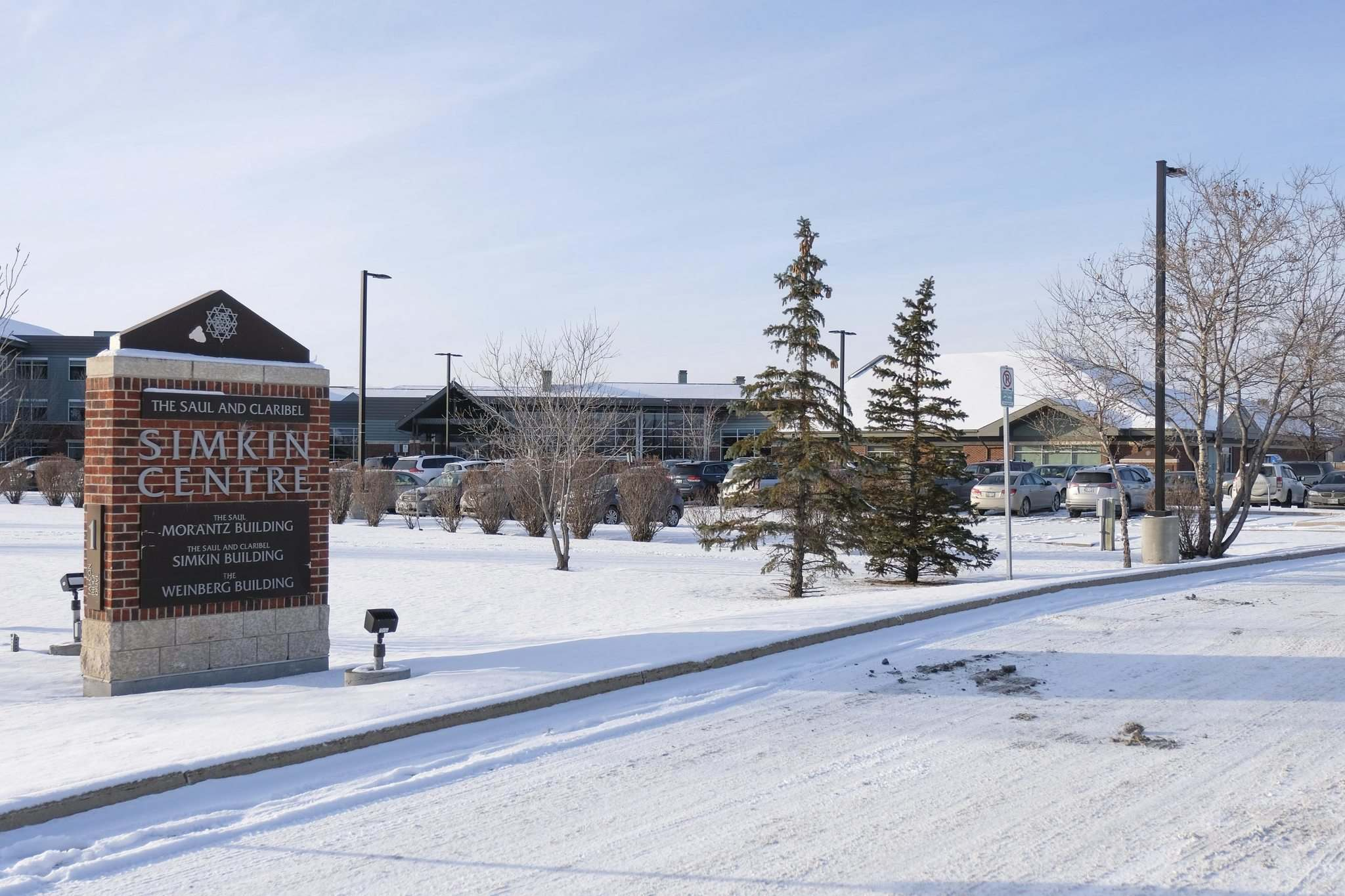 The Saul and Claribel Simkin Centre is issuing calls for volunteers amid an outbreak because of a severe staff shortage. (Daniel Crump / Winnipeg Free Press)</p>