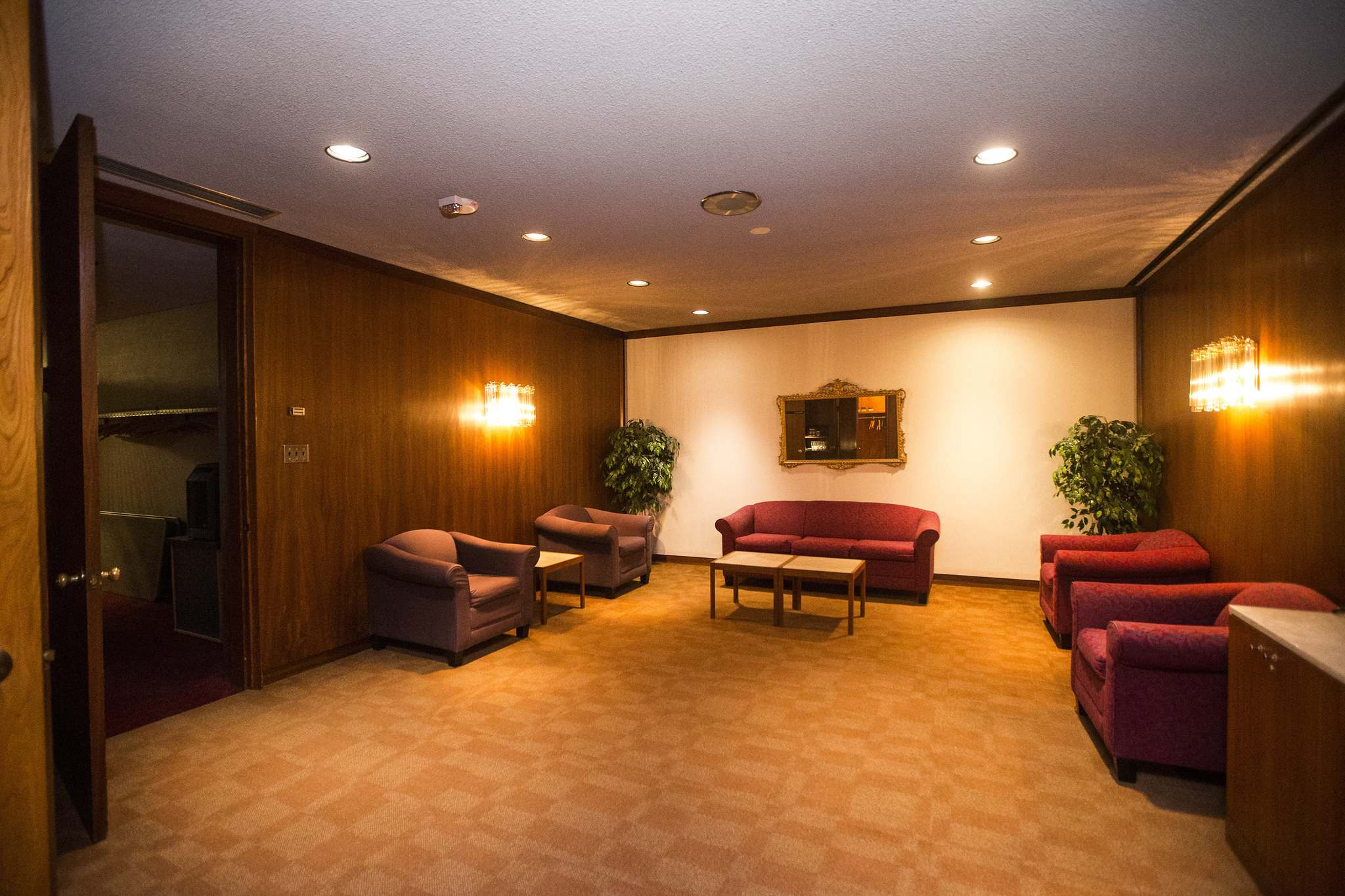 The wood-panelled 'Red Room' lounge for VIP guests. (Mikaela MacKenzie / Winnipeg Free Press)</p>