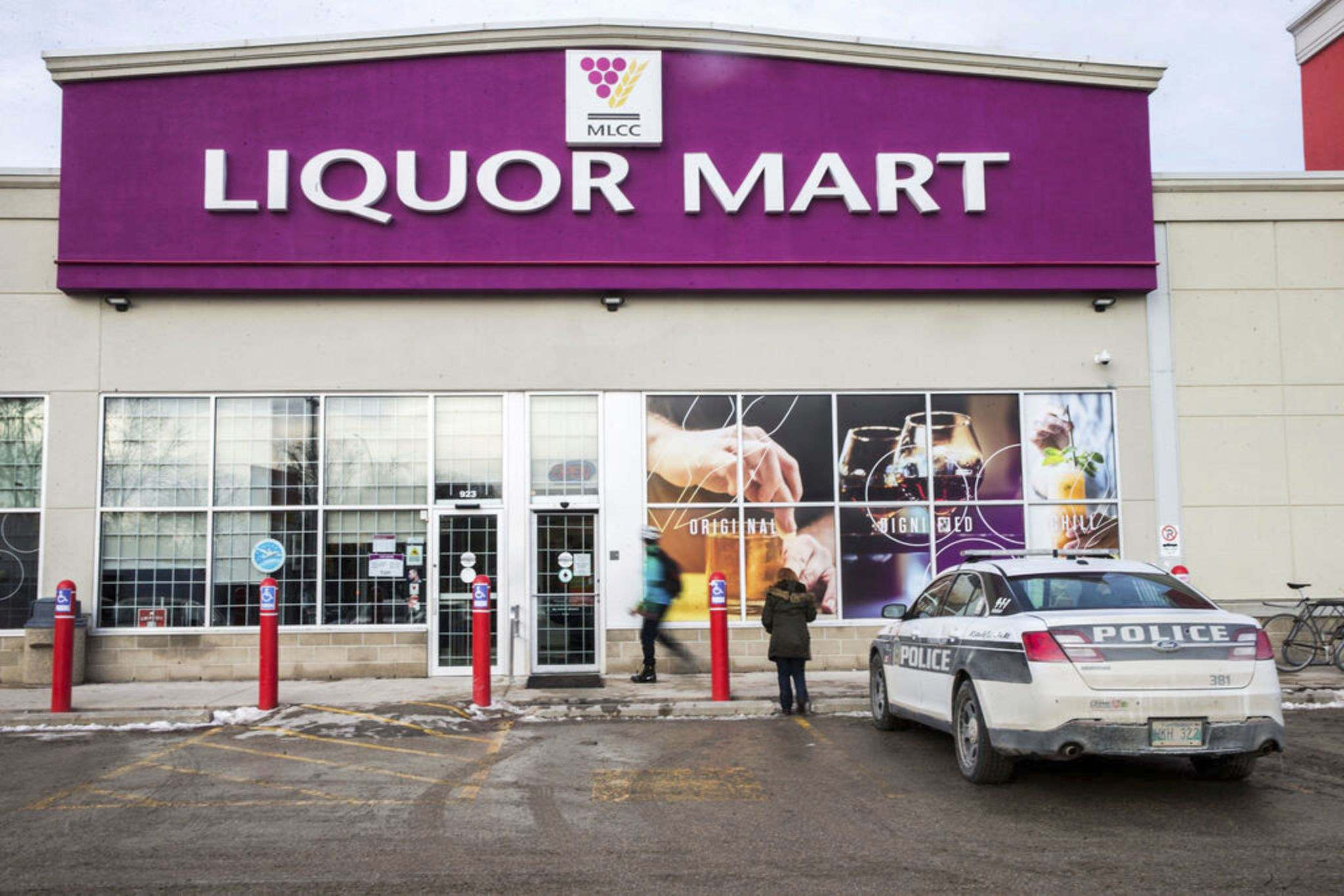 "MIKAELA MACKENZIE / WINNIPEG FREE PRESS FILES</p><p>New security measures at Manitoba Liquor Marts in Winnipeg are being credited with ""significantly reducing the incidents of thefts -- and especially robberies -- at our Liquor Marts"".</p>"