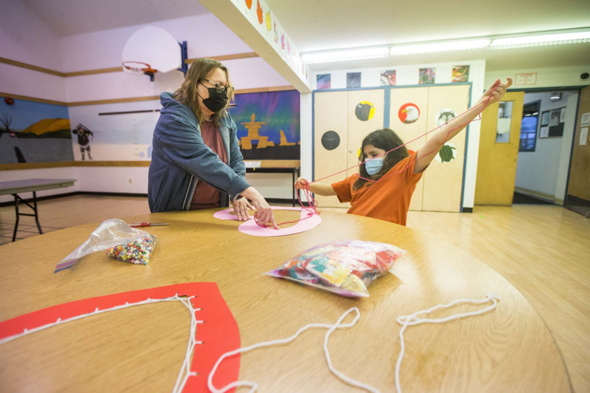 MIKAELA MACKENZIE / WINNIPEG FREE PRESS</p><p>Nine-year-old Savannah, right, makes heart dream catchers with Sheila Chippastance at Rossbrook House, which is celebrating its 45th anniversary.</p>